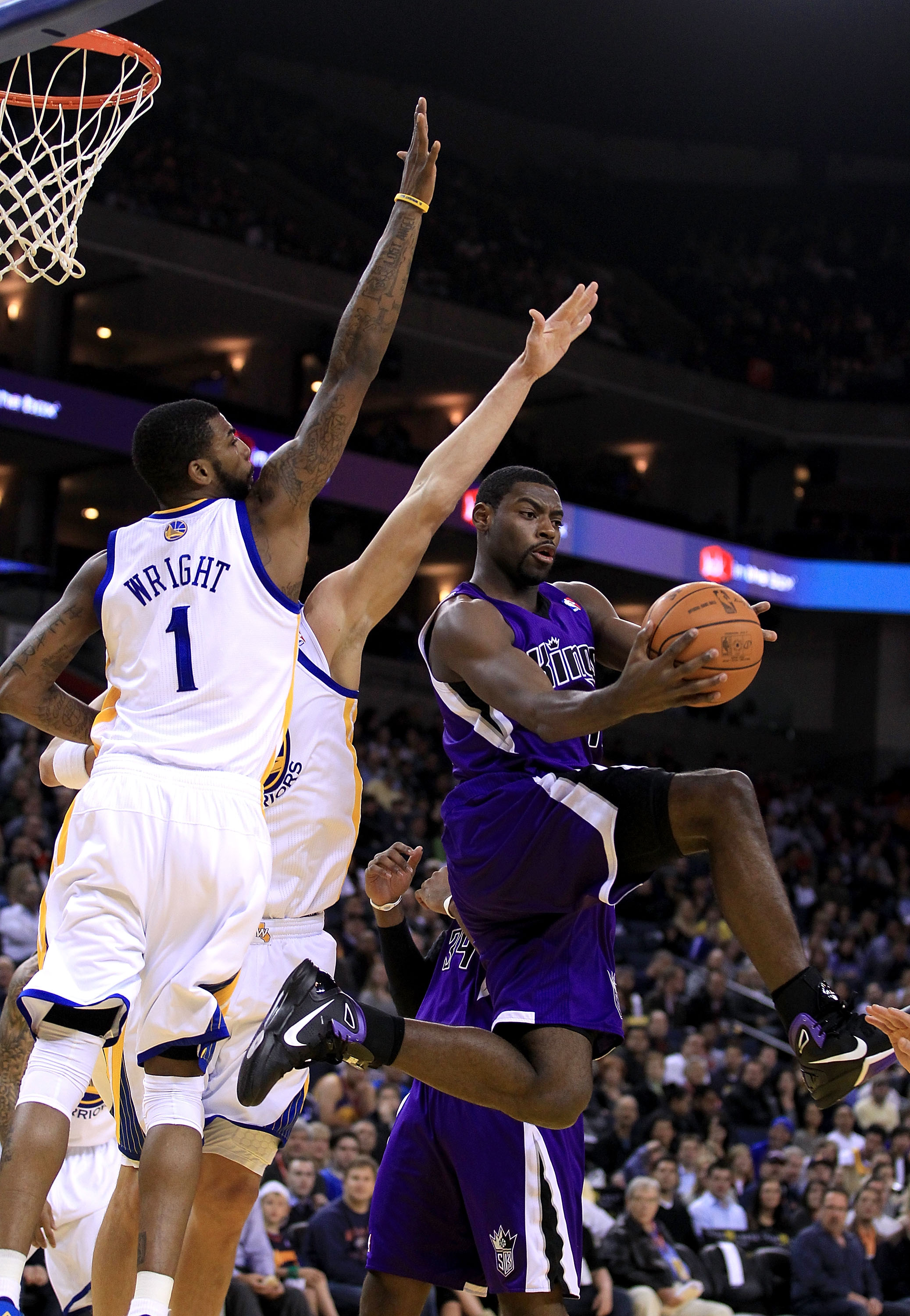 OAKLAND, CA - JANUARY 21:  Tyreke Evans #13 of the Sacramento Kings looks to pass around Dorell Wright #1 of the Golden State Warriors at Oracle Arena on January 21, 2011 in Oakland, California. NOTE TO USER: User expressly acknowledges and agrees that, b