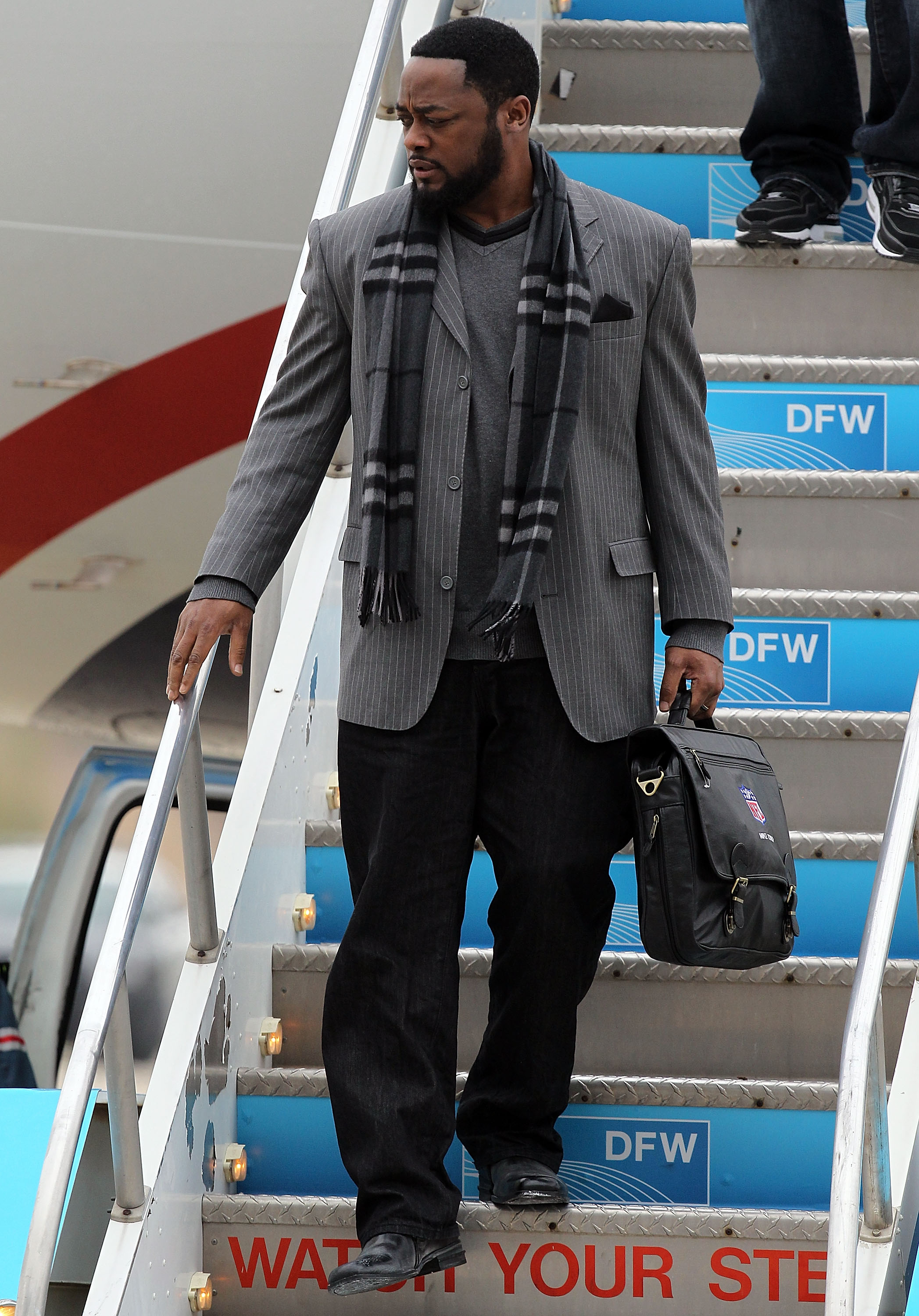 DALLAS, TX - JANUARY 31:  Head coach Mike Tomlin of the Pittsburgh Steelers walks off the airplane after arriving at Dallas Fort Worth International Airport on January 31, 2011 in Dallas, Texas.  The Pittsburgh Steelers will play the Green Bay Packers in