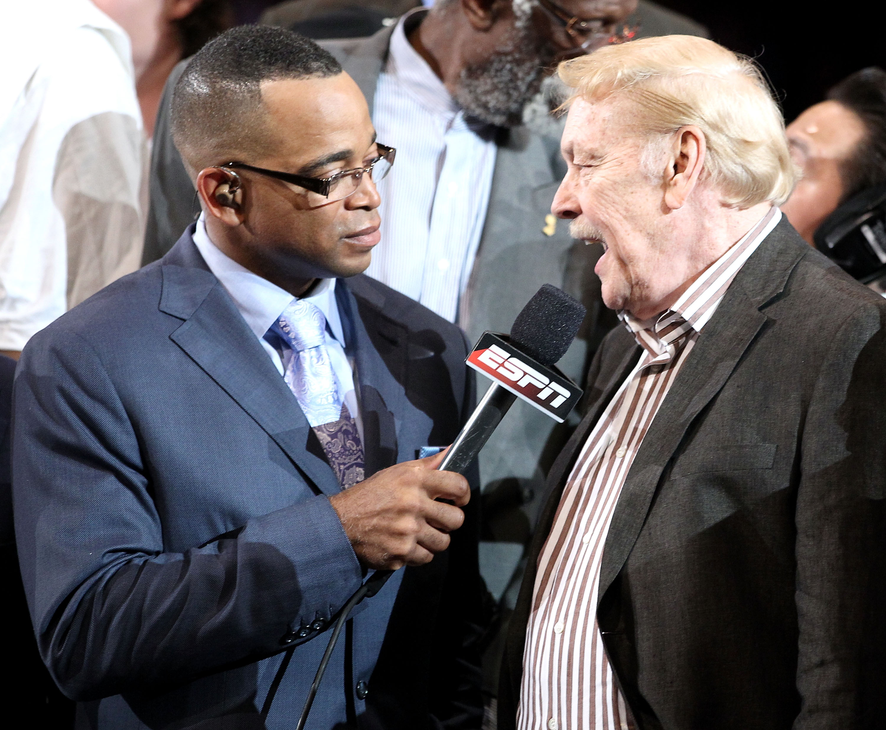 LOS ANGELES, CA - JUNE 17:  ESPN reporter Stuart Scott interviews owner Dr. Jerry Buss of the Los Angeles Lakers after their 83-79 victory against the Boston Celtics by holding up five fingers in Game Seven of the 2010 NBA Finals at Staples Center on June