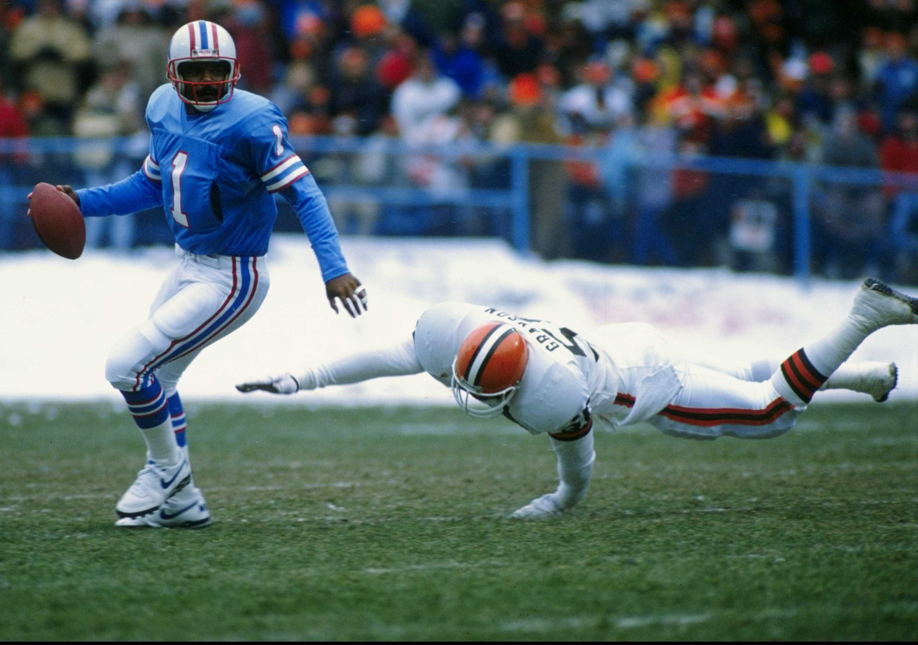 18 Dec 1988:  Quarterback Warren Moon of the Houston Oilers in action during a game against the Cleveland Browns.  The Browns won the game, 28-23. Mandatory Credit: Jonathan Daniel  /Allsport