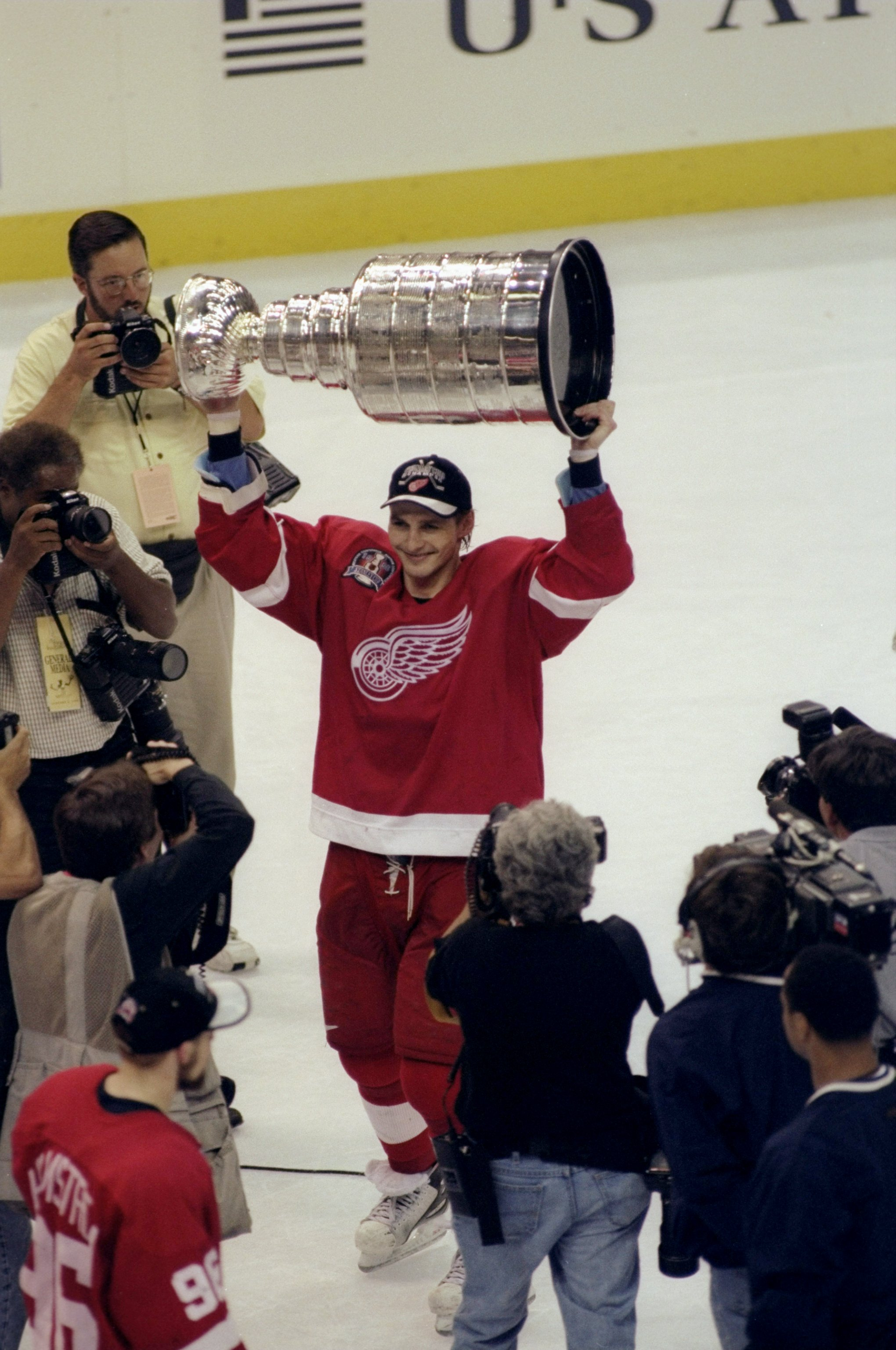 16 Jun 1998  Sergei Fedorov  91 of the Detroit Red Wings holds up the 921b50521