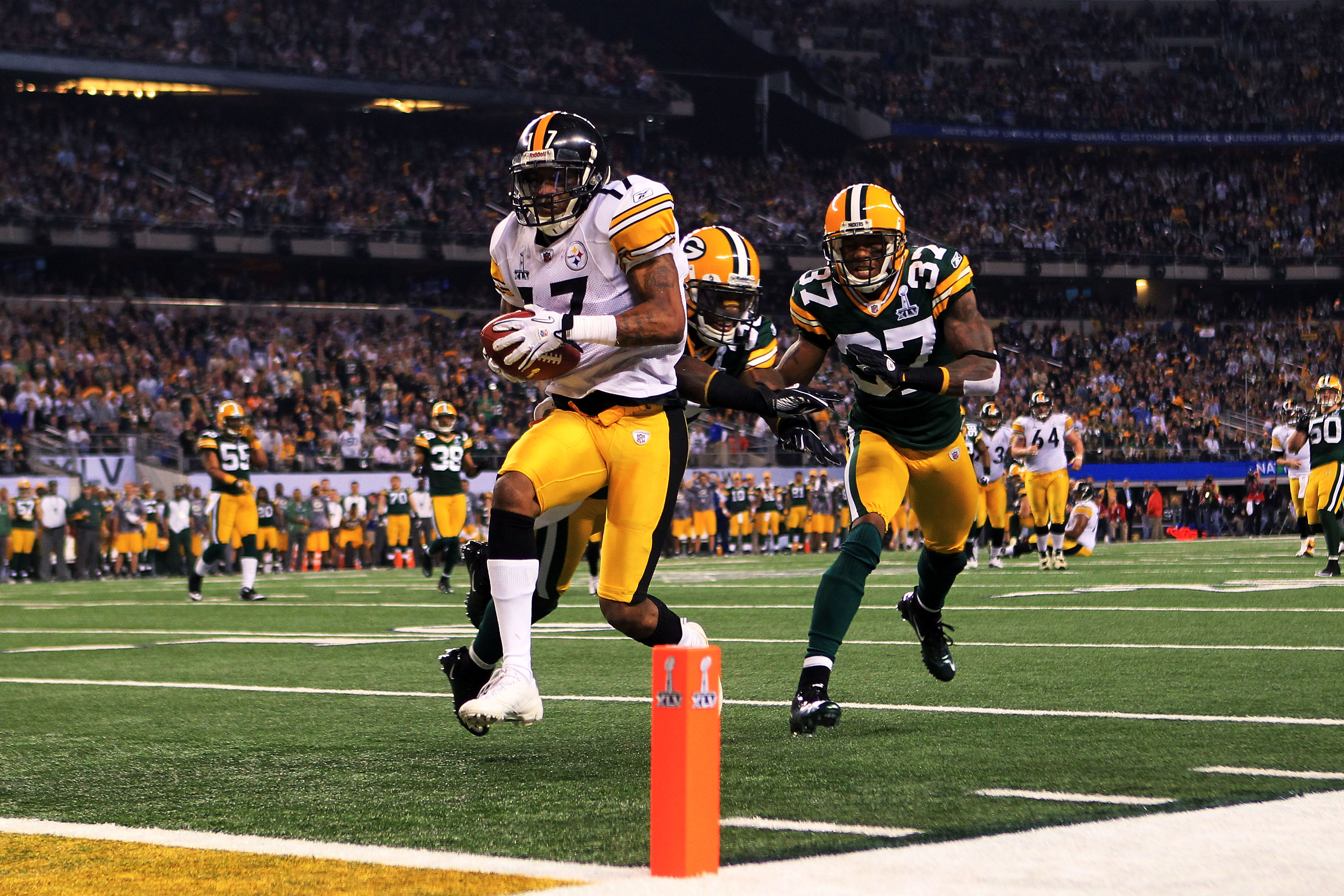 ARLINGTON, TX - FEBRUARY 06:  Mike Wallace #17 of the Pittsburgh Steelers runs for 25 yard touchdown after catching a pass against Sam Shields #37 of the Green Bay Packers during the fourth quarter of Super Bowl XLV at Cowboys Stadium on February 6, 2011