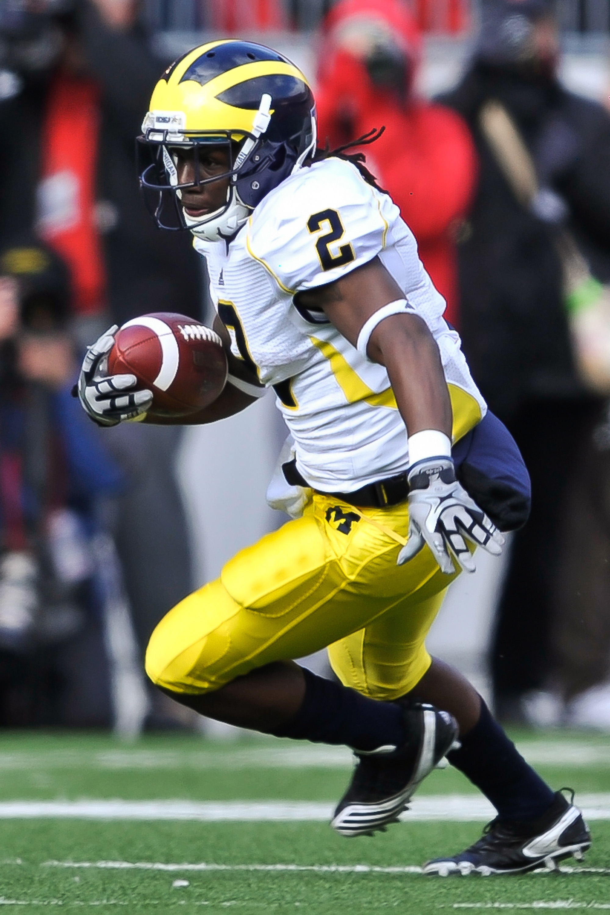 COLUMBUS, OH - NOVEMBER 27:  Vincent Smith #2 of the Michigan Wolverines runs with the ball against the Ohio State Buckeys at Ohio Stadium on November 27, 2010 in Columbus, Ohio.  (Photo by Jamie Sabau/Getty Images)