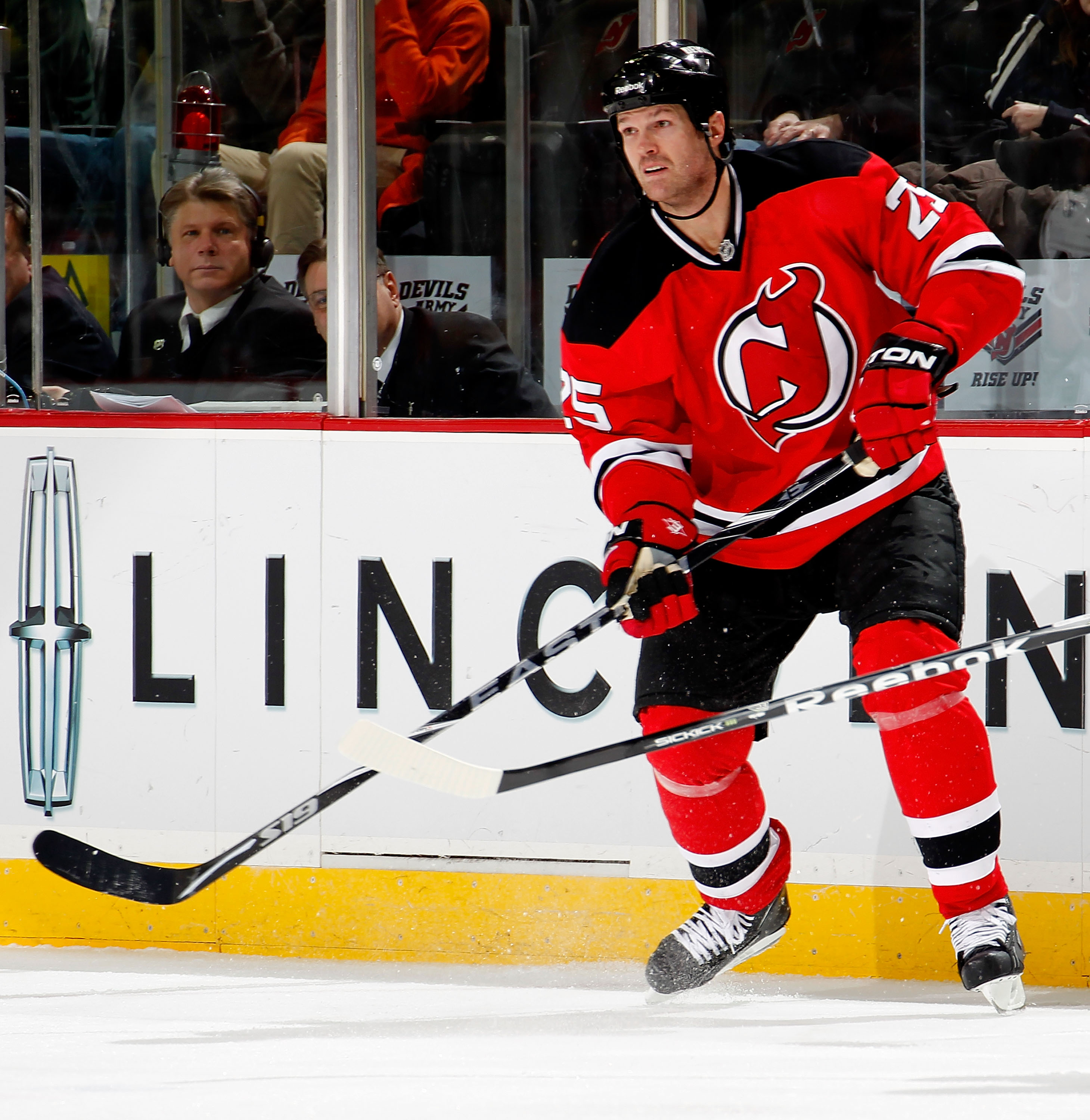 NEWARK, NJ - JANUARY 09:  Jason Arnott #25 of the New Jersey Devils skates during an NHL hockey game against the Tampa Bay Lightning at the Prudential Center on January 9, 2011 in Newark, New Jersey.  (Photo by Paul Bereswill/Getty Images)