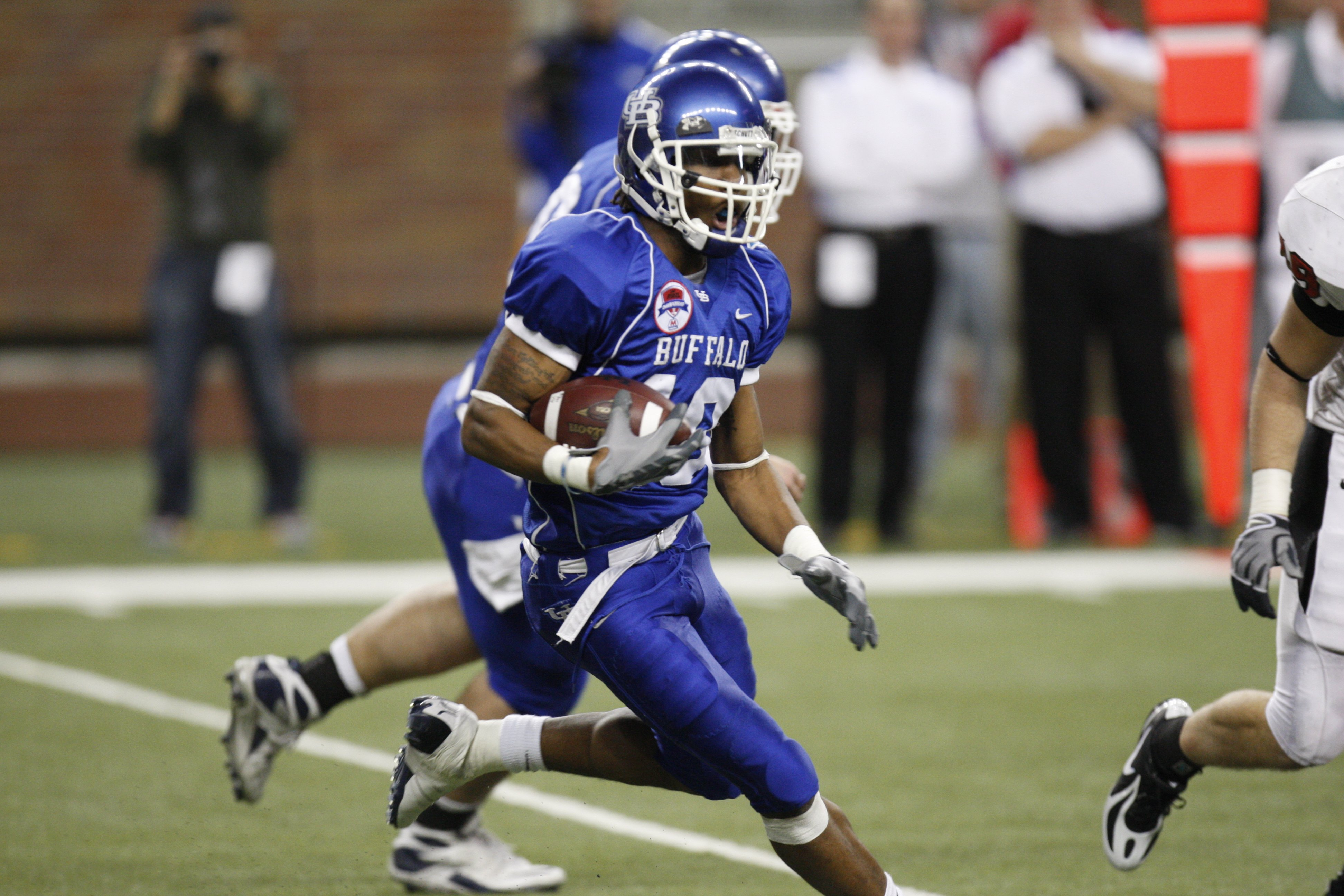 DETROIT - DECEMBER 5:  Wide Receiver Naaman Roosevelt #18 of the Buffalo Bulls runs the ball against the Ball State Cardinals during the MAC Championship game on December 5, 2008 at Ford Field in Detroit Michigan. (Photo by: Gregory Shamus/Getty Images)