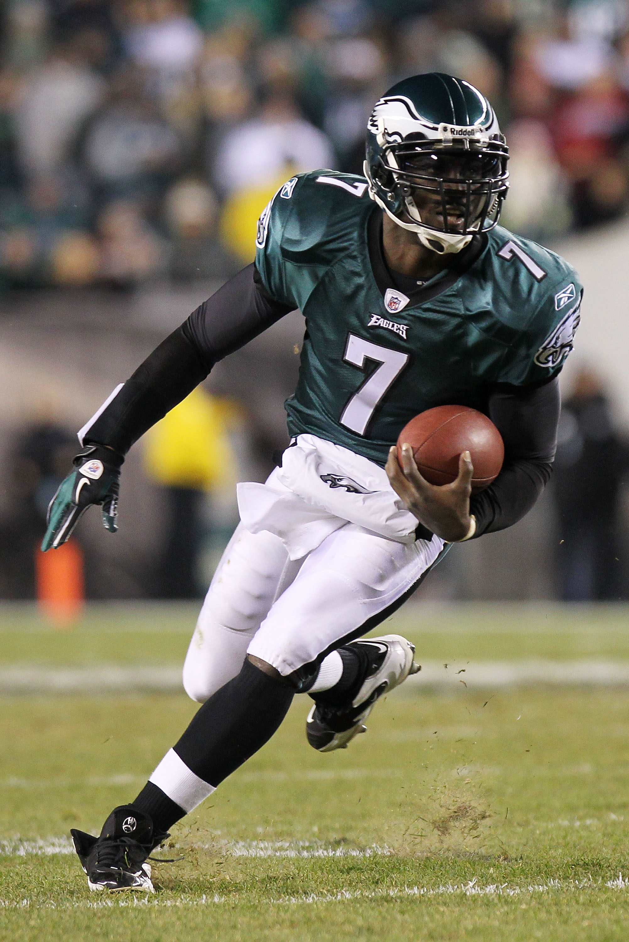 PHILADELPHIA, PA - NOVEMBER 21:  Michael Vick #7 of the Philadelphia Eagles runs down field against the New York Giants at Lincoln Financial Field on November 21, 2010 in Philadelphia, Pennsylvania.  (Photo by Nick Laham/Getty Images)