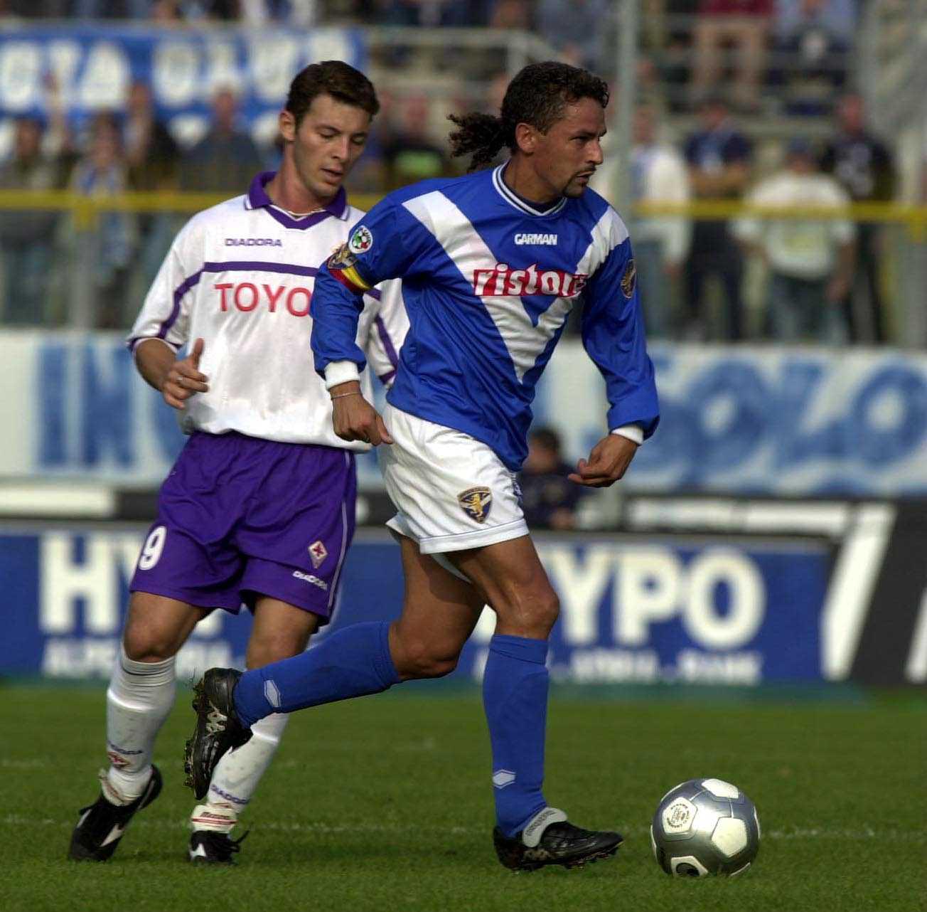 22 Oct 2000: Roberto Baggio of Brescia is chased by Fabio Rossitto of Fiorentina during the Brescia v Fiorentina Serie A match played at the Mario Rigamonti stadium in Brescia. Mandatory Credit: Grazia Neri/ALLSPORT