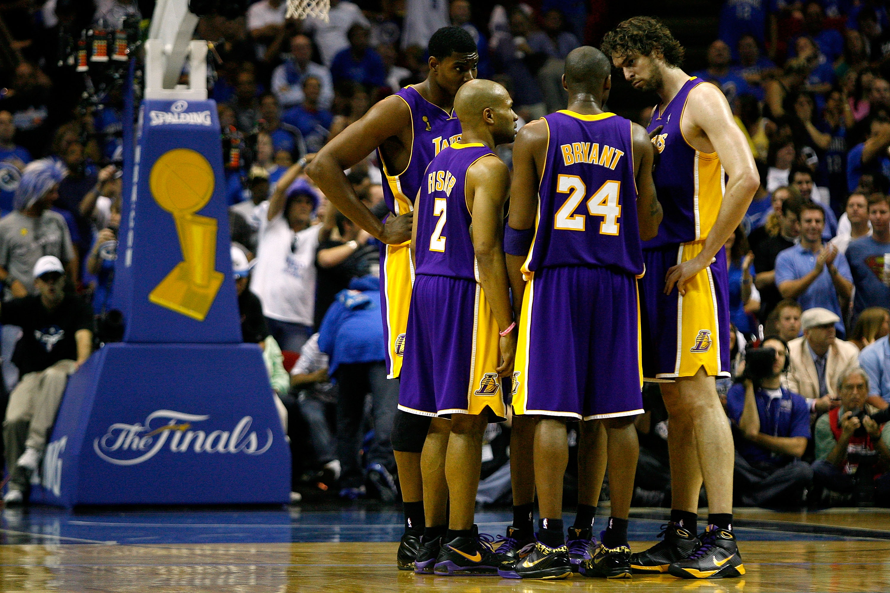 ORLANDO, FL - JUNE 11:  (L-R) Andrew Bynum #17, Derek Fisher #2, Kobe Bryant #24 and Pau Gasol #16 of the Los Angeles Lakers huddle in the first half against the Orlando Magic in Game Four of the 2009 NBA Finals on June 11, 2009 at Amway Arena in Orlando,