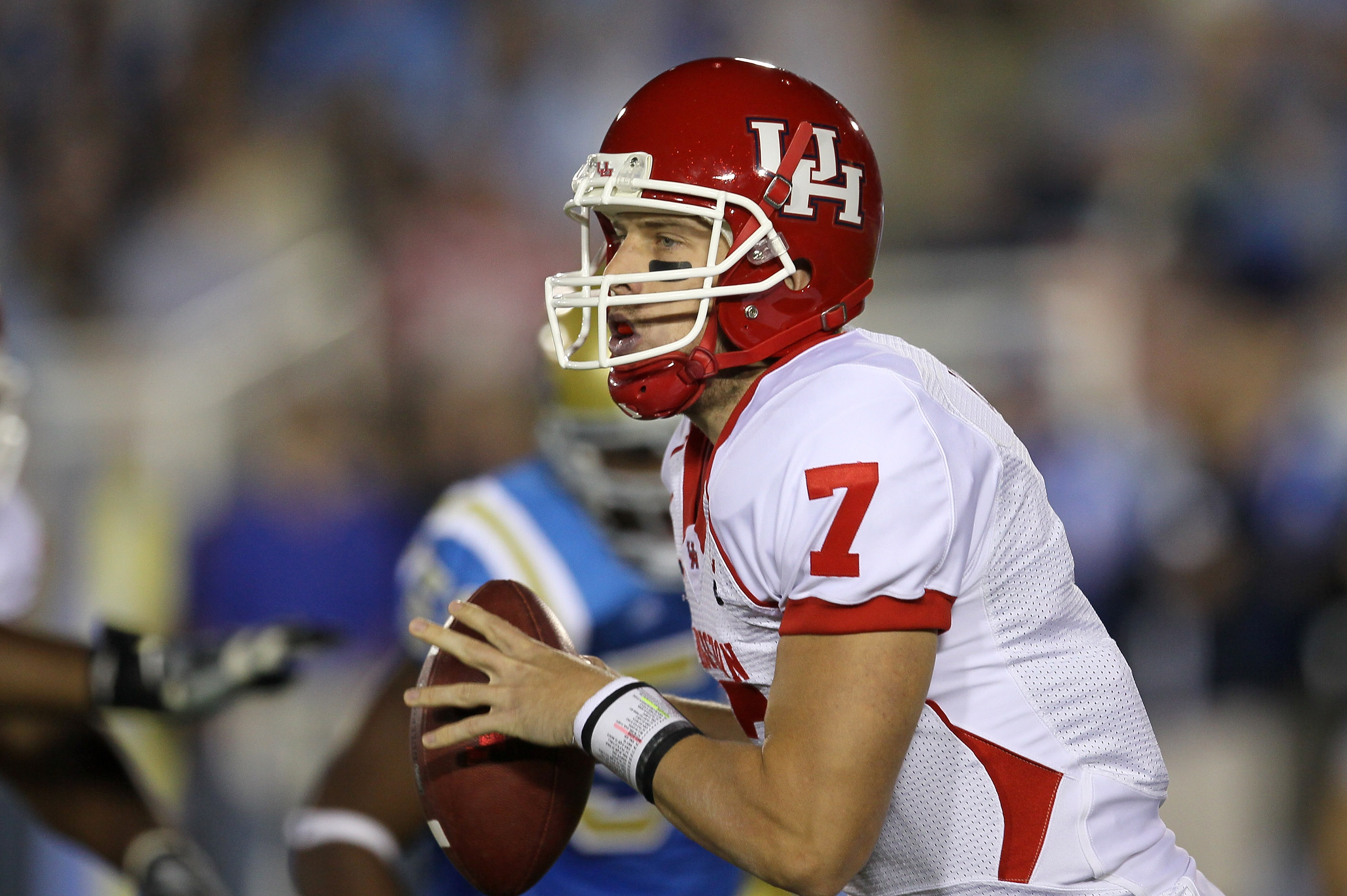 PASADENA, CA - SEPTEMBER 18:  Quarterback Case Keenum #7 of the Houston Cougars drops back to pass against the UCLA Bruins in the second quarter at the Rose Bowl on September 18, 2010 in Pasadena, California.  UCLA won 31-13.  (Photo by Stephen Dunn/Getty