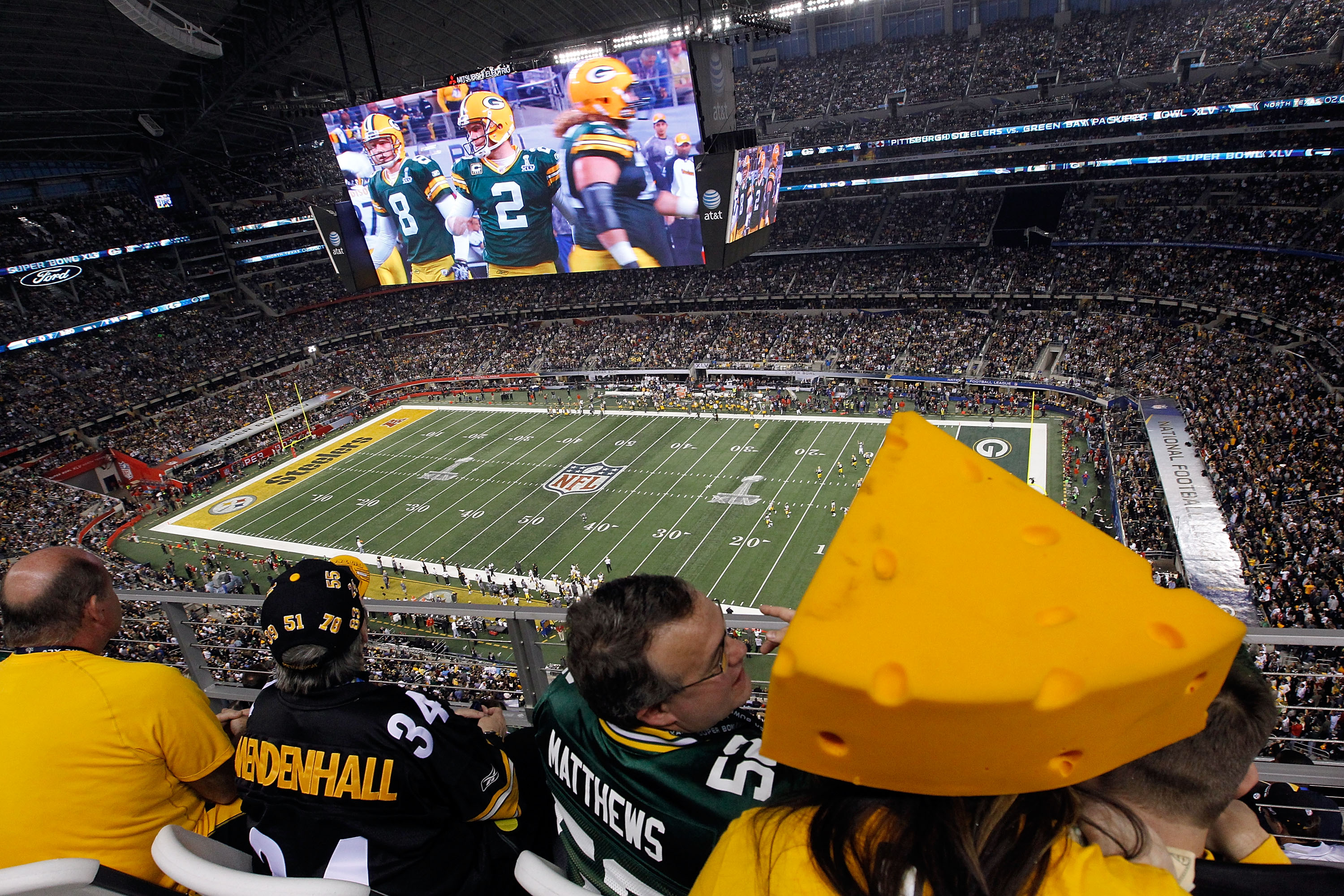 ARLINGTON, TX - FEBRUARY 06:  Fans watch the Green Bay Packers take on the Pittsburgh Steelers in Super Bowl XLV at Cowboys Stadium on February 6, 2011 in Arlington, Texas.  (Photo by Tom Pennington/Getty Images)
