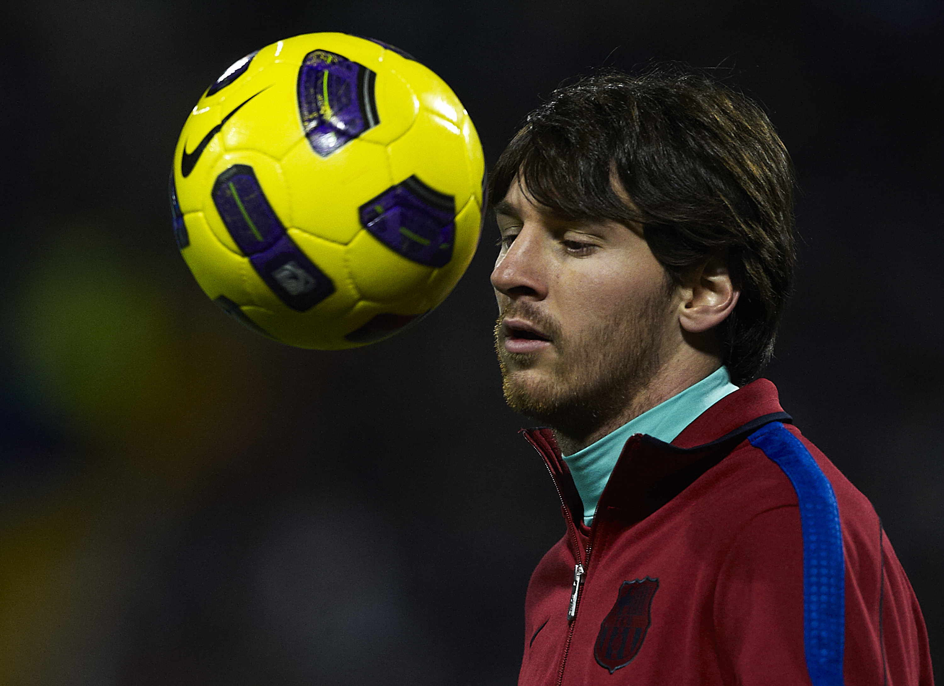 ALICANTE, SPAIN - JANUARY 29:  Lionel Messi of Barcelona controls the ball before the la Liga match between Hercules and Barcelona at Estadio Jose Rico Perez on January 29, 2011 in Alicante, Spain. Barcelona won 0-3. (Photo by Manuel Queimadelos Alonso/Ge