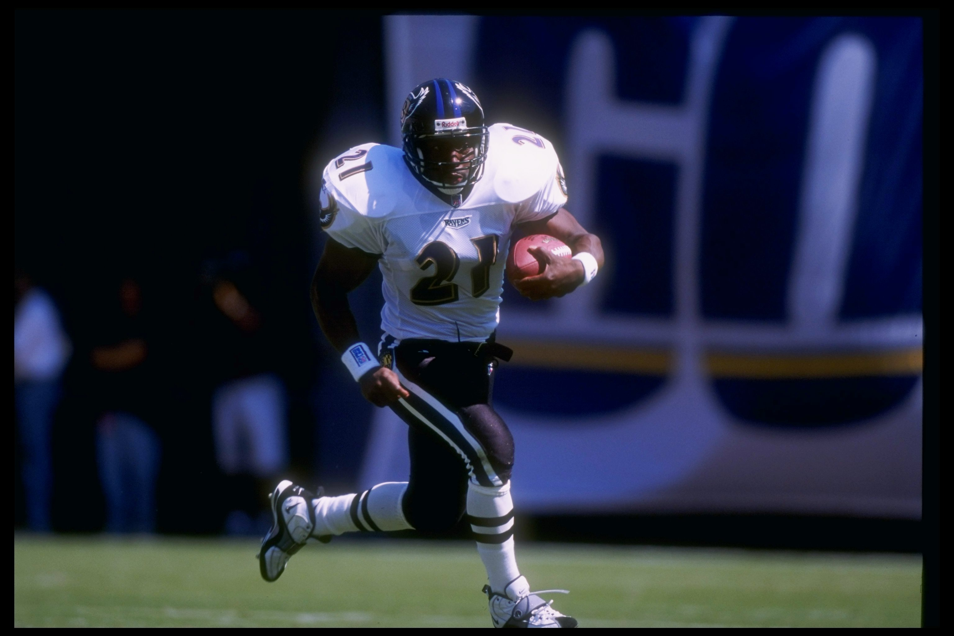 28 Sep 1997:  Running back Earnest Byner #21 of the Baltimore Ravens carries the football during the Ravens 21-17 loss to the San Diego Chargers at Qualcomm Park in San Diego, California. Mandatory Credit: Jed Jacobsohn  /Allsport