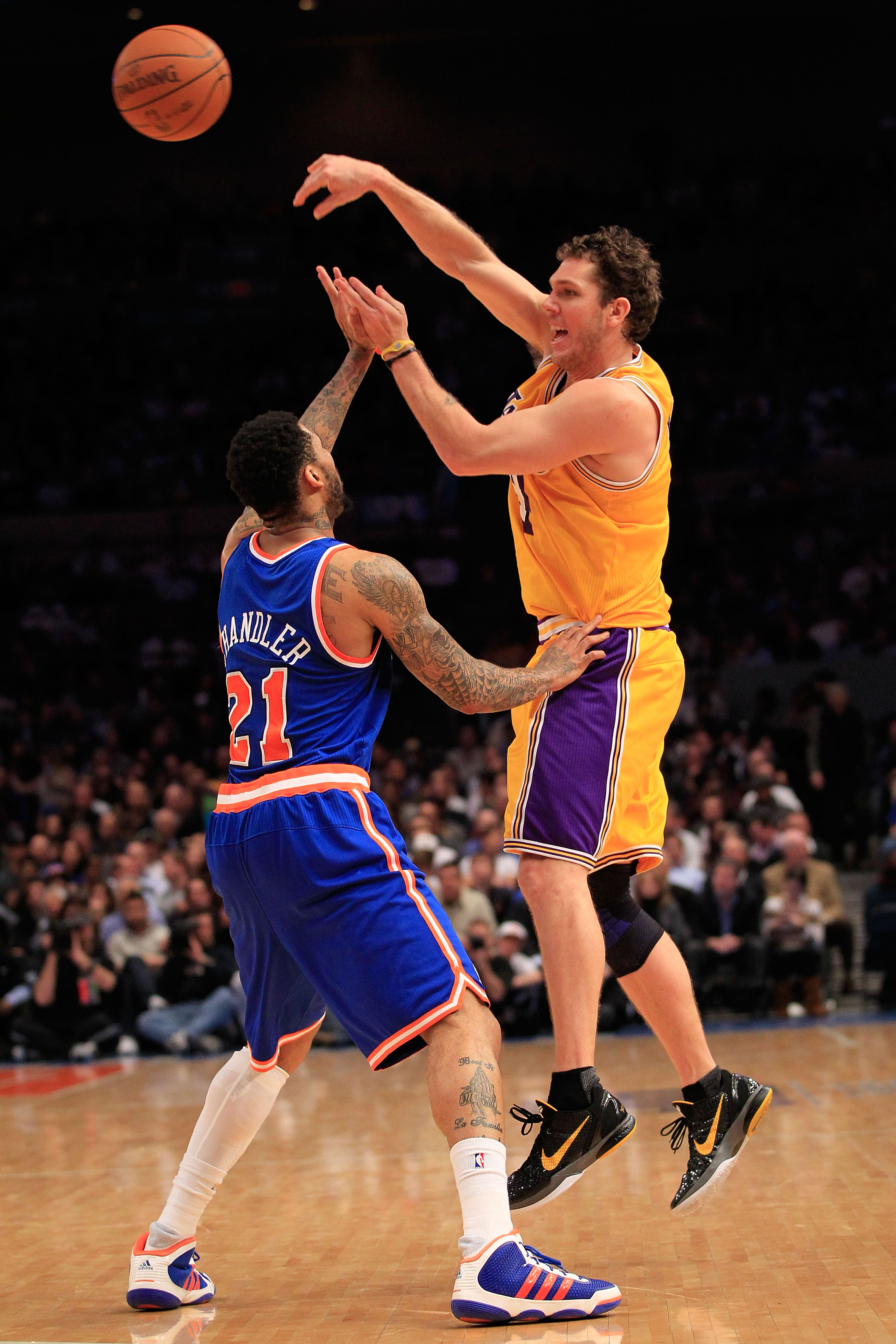 NEW YORK, NY - FEBRUARY 11:  Luke Walton #4  of the Los Angeles Lakers passes the ball over Wilson Chandler #21 of the New York Knicks at Madison Square Garden on February 11, 2011 in New York City. NOTE TO USER: User expressly acknowledges and agrees tha
