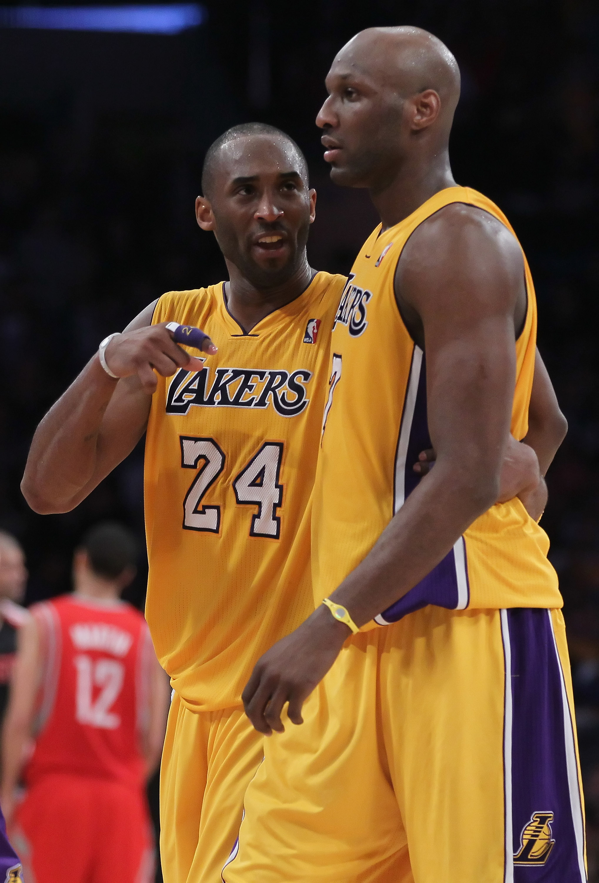LOS ANGELES, CA - FEBRUARY 01:  Kobe Bryant #24 talks with Lamar Odom #7 of the Los Angeles Lakers against the Houston Rockets in the second half at Staples Center on February 1, 2011 in Los Angeles, California. The Lakers defeated the Rockets 114-106. NO
