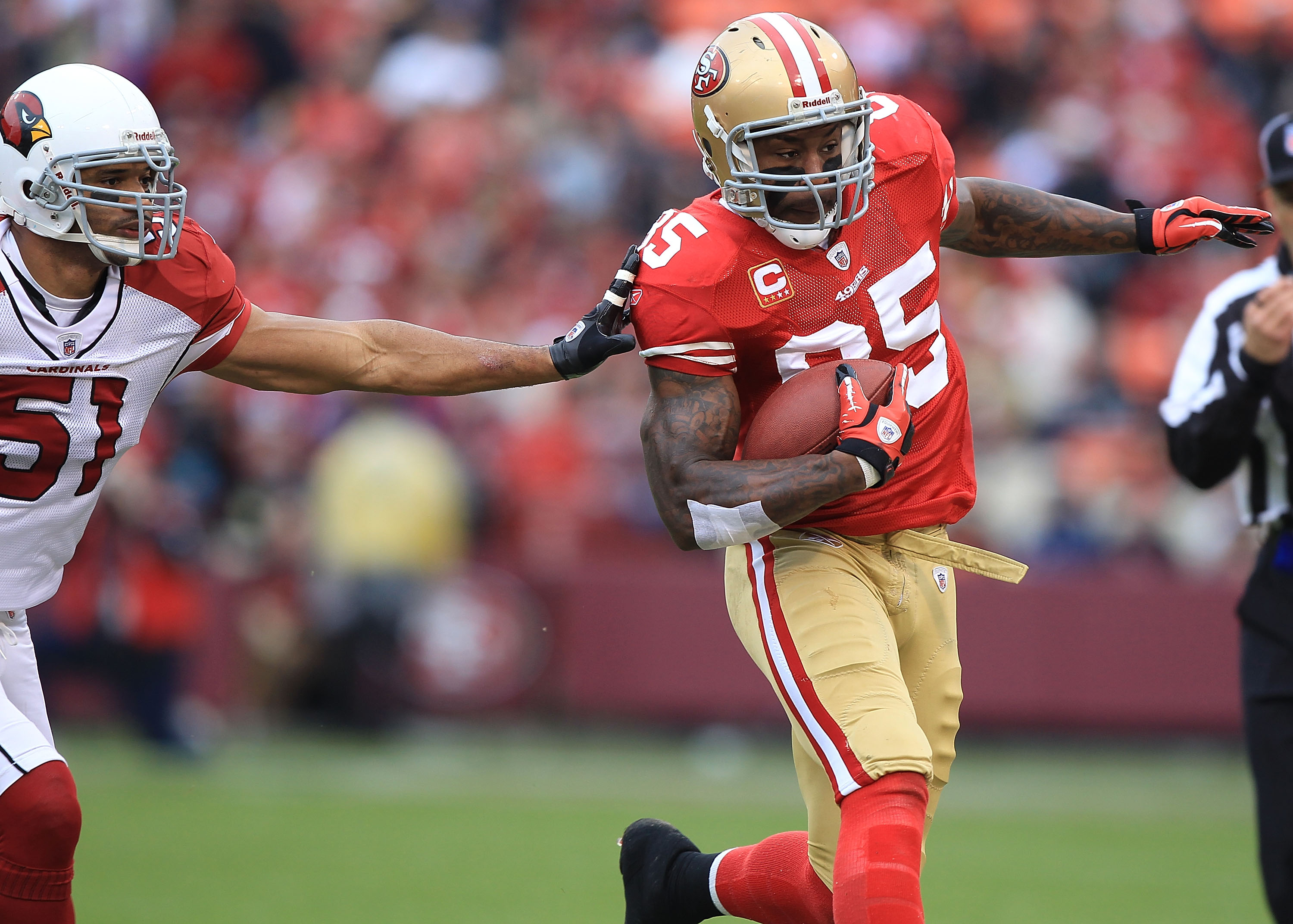 SAN FRANCISCO, CA - JANUARY 02:    Vernon Davis #85 of the San Francisco 49ers runs after a catch against Paris Lenon #51 of the Arizona Cardinals during an NFL game at Candlestick Park on January 2, 2011 in San Francisco, California.  (Photo by Jed Jacob