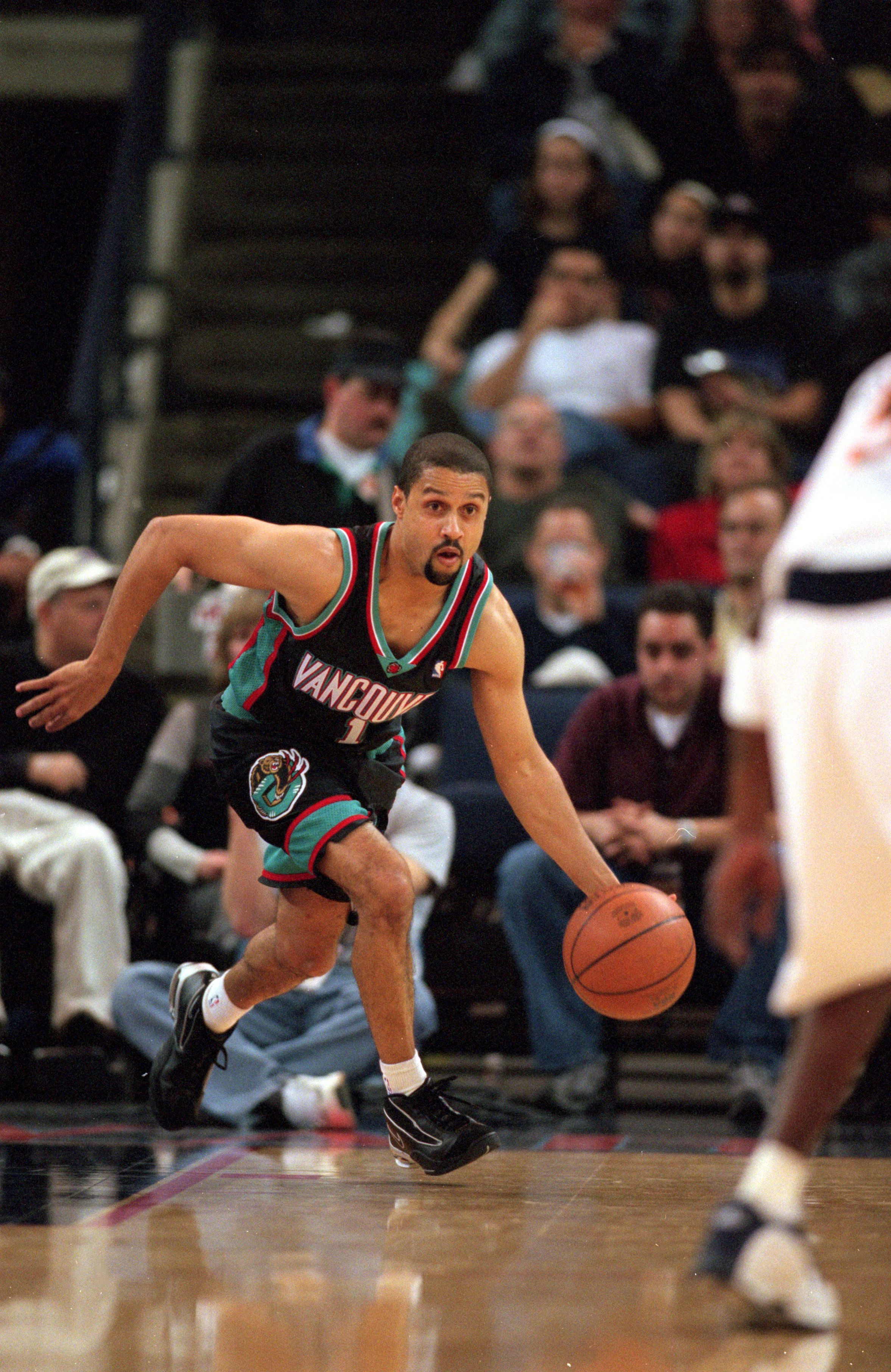 16 Feb 2001:  Mahmoud Abdul-Rauf #1 of the Vancouver Grizzlies runs with the ball during the game against the Golden State Warriors at the Arena in Oakland, California.  The Grizzlies defeated the Warriors 92-79.    NOTE TO USER: It is expressly understoo