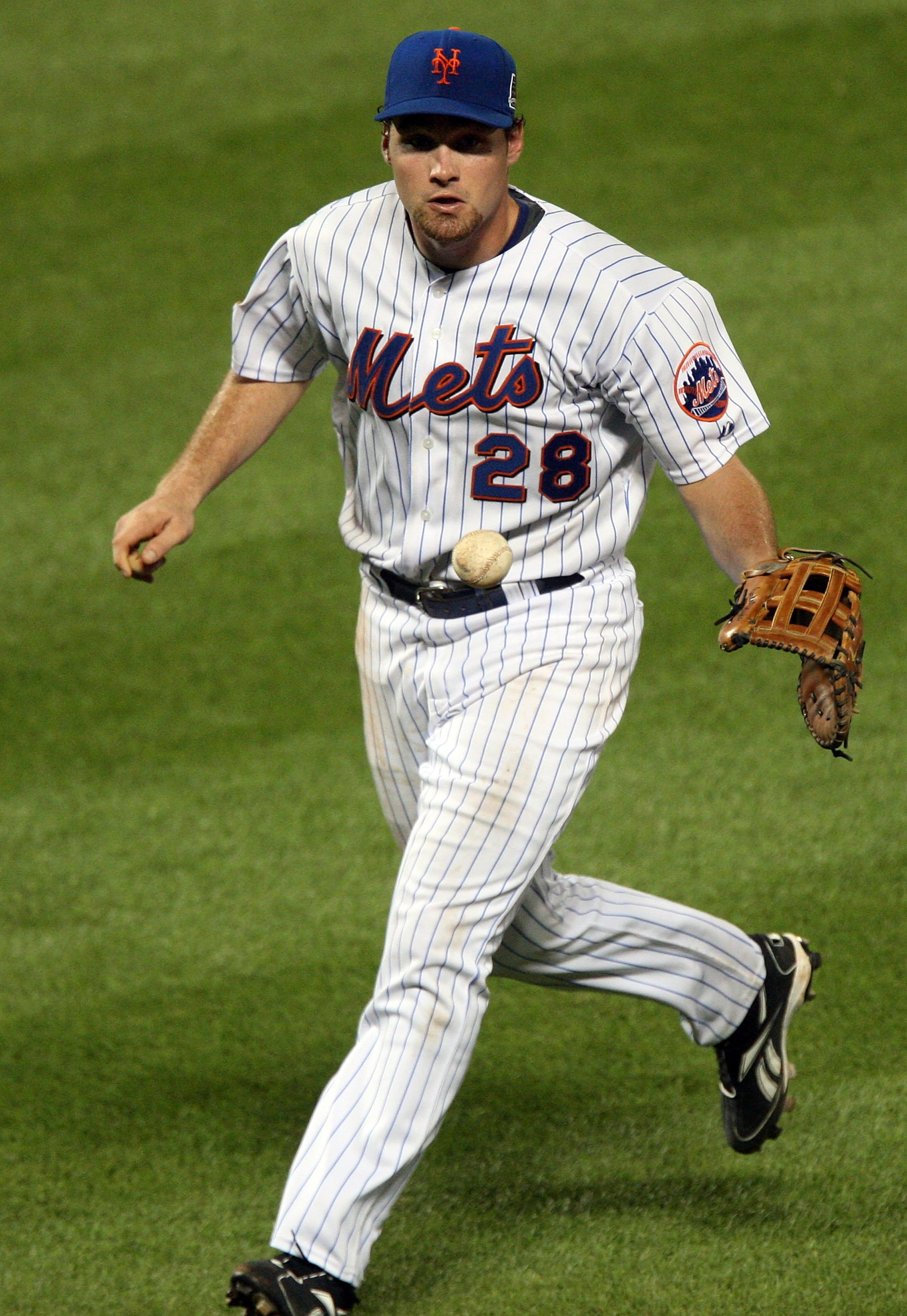 NEW YORK - AUGUST 19:  Daniel Murphy #28 of the New York Mets fields the ball against the Atlanta Braves on August 19, 2009 at Citi Field in the Flushing neighborhood of the Queens borough of New York City.  (Photo by Jim McIsaac/Getty Images)
