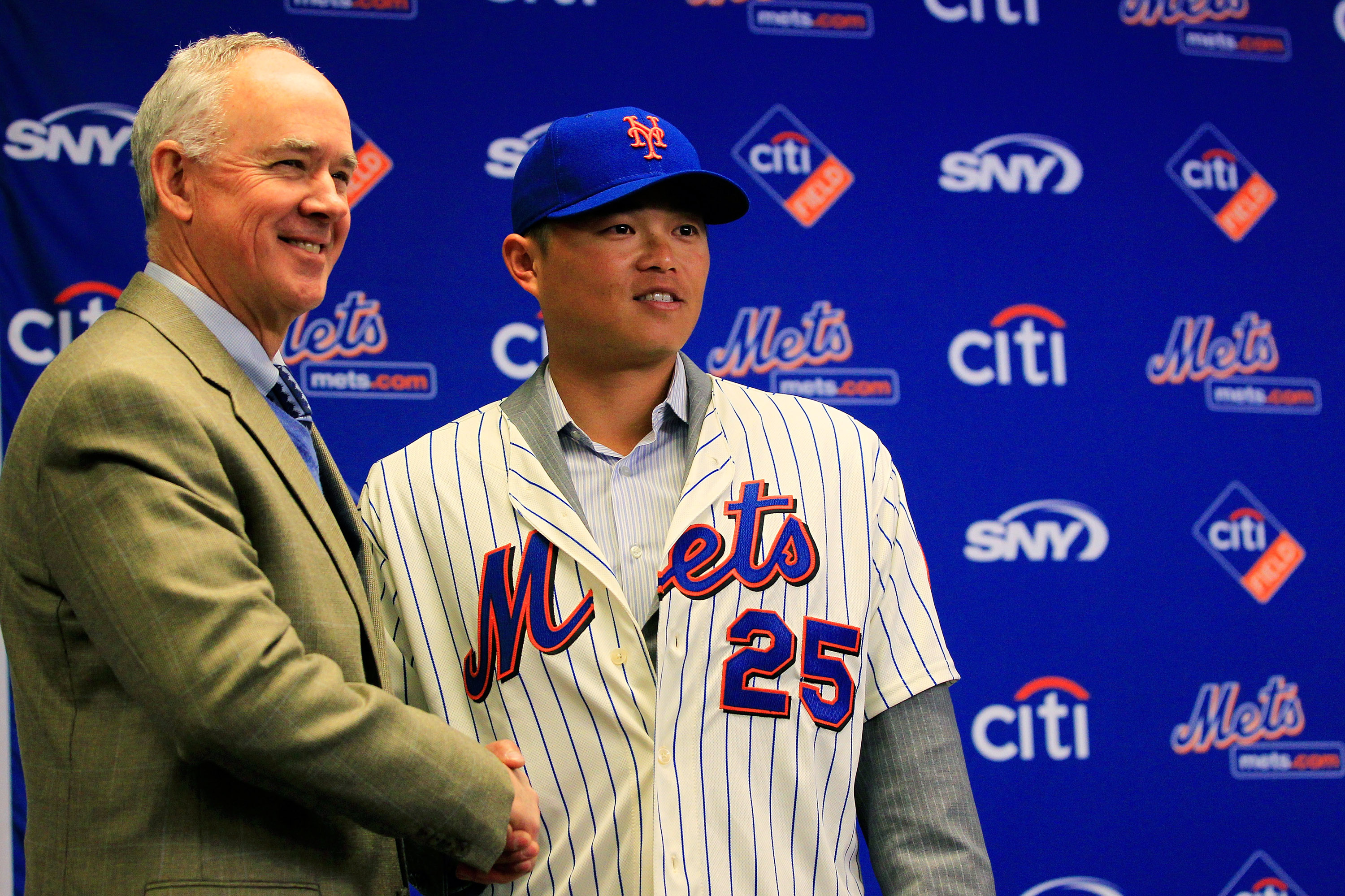 NEW YORK, NY - JANUARY 26:  New York Mets General Manager Sandy Alderson introduces new Mets player Chin-lung Hu during a press conference  at Citi Field on January 26, 2011 in the Flushing neighborhood, of the Queens borough of New York City.  (Photo by
