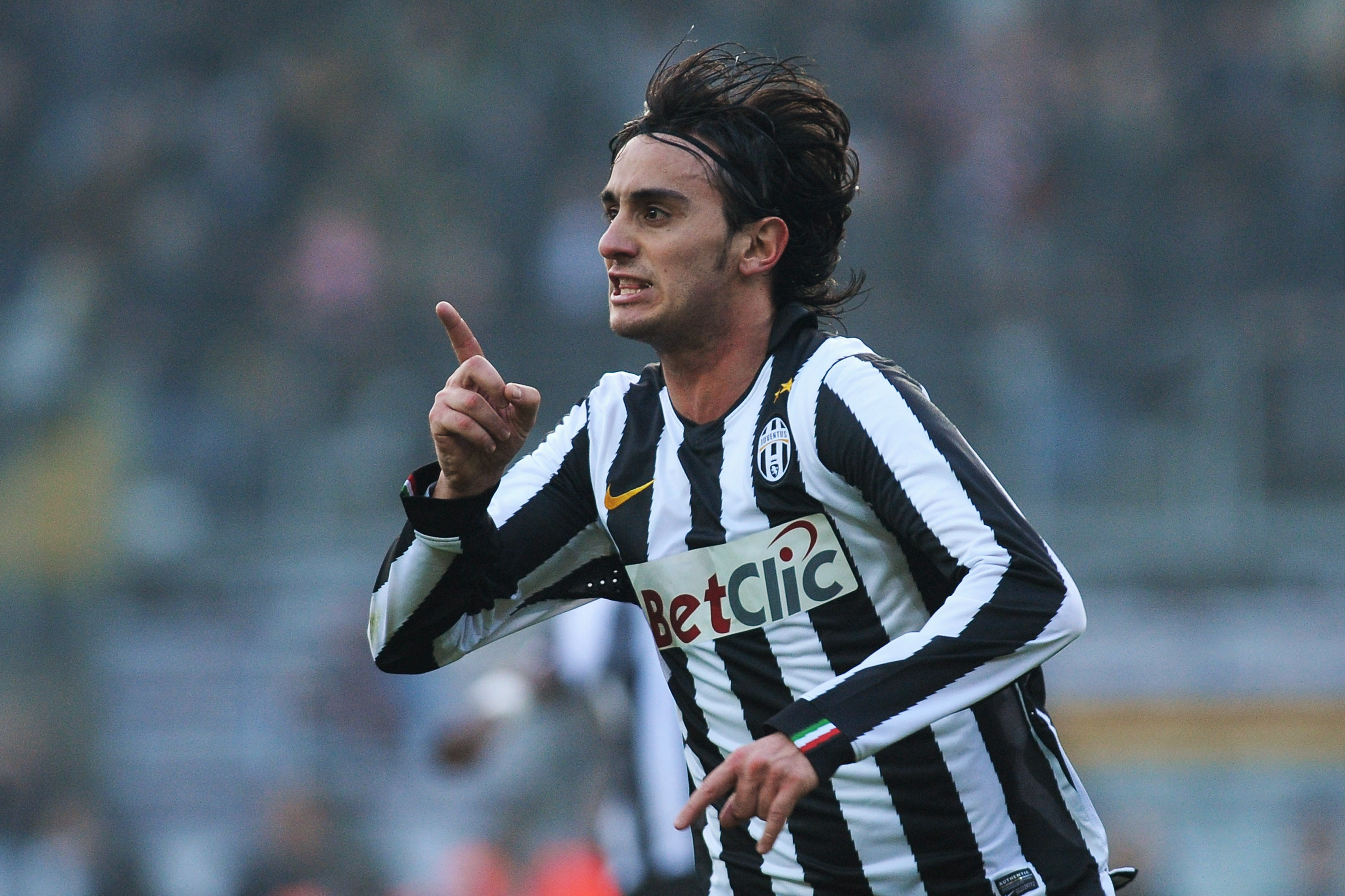 TURIN, ITALY - JANUARY 16:  Alberto Aquilani of Juventus FC celebrates after scoring a goal during the Serie A match between Juventus FC and AS Bari at Olimpico Stadium on January 16, 2011 in Turin, Italy.  (Photo by Valerio Pennicino/Getty Images)