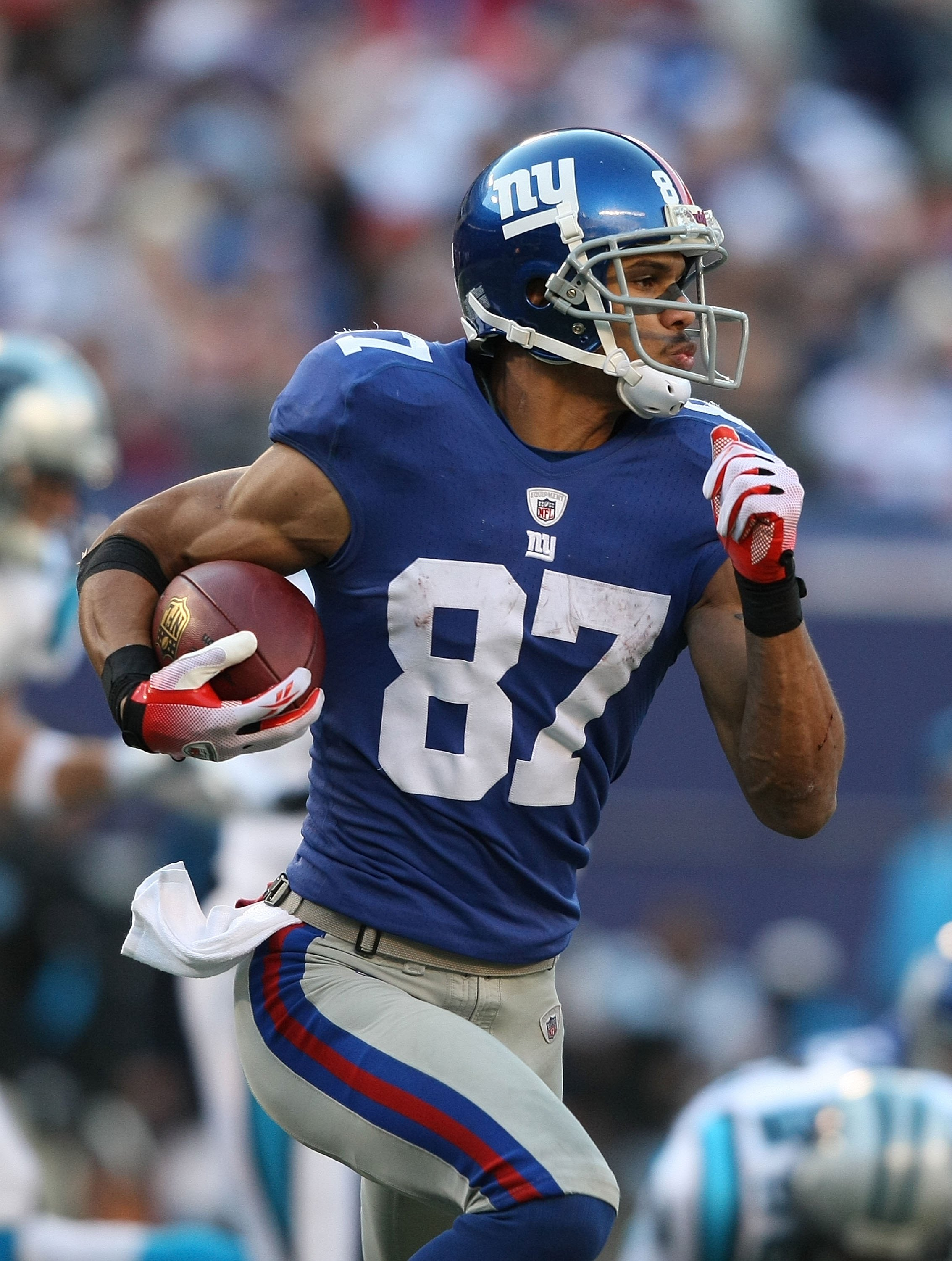 EAST RUTHERFORD, NJ - DECEMBER 27:  Domenik Hixon #87 of the New York Giants returns against the Carolina Panthers defense on a kick return at Giants Stadium on December 27, 2009 in East Rutherford, New Jersey.  (Photo by Nick Laham/Getty Images)