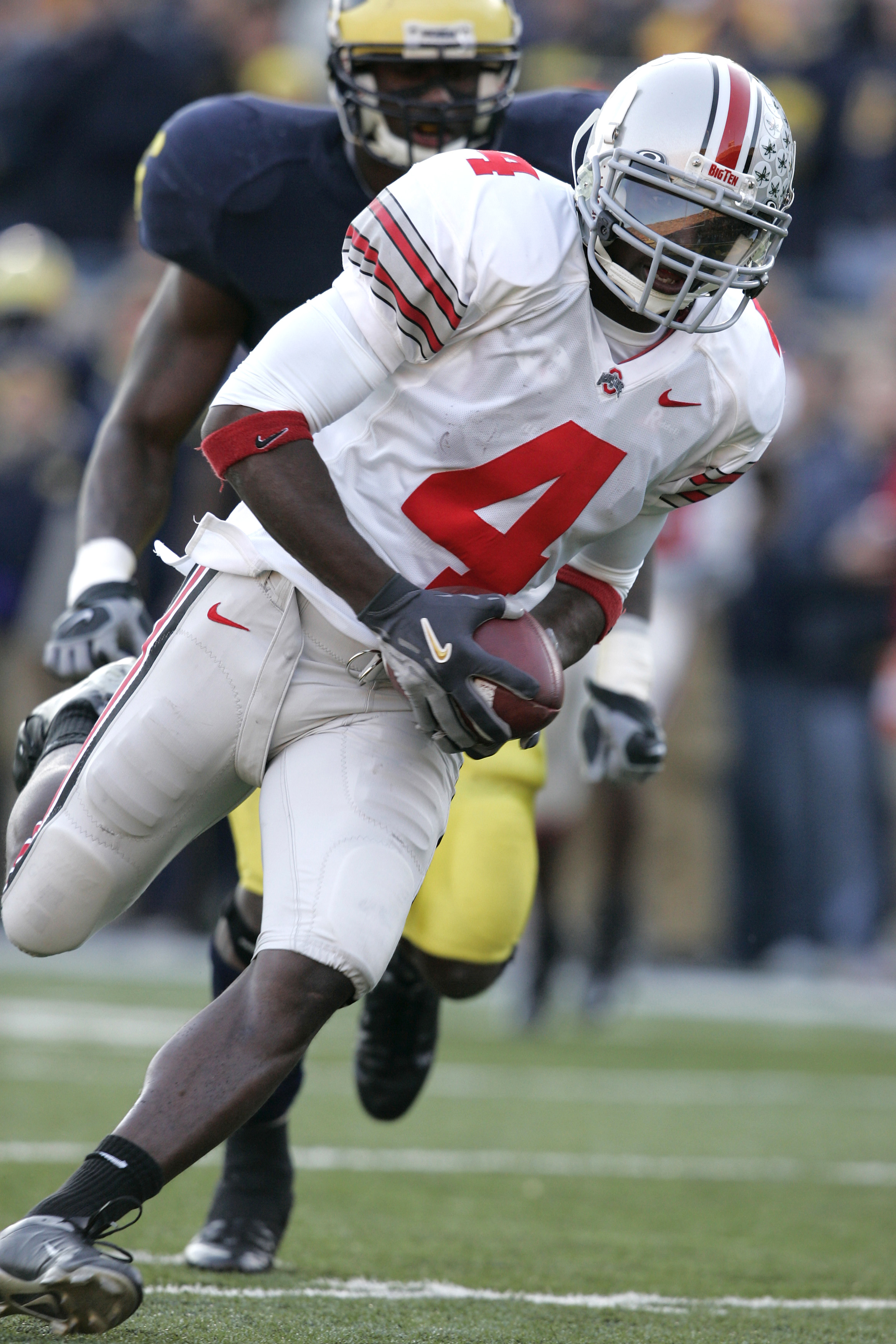 ANN ARBOR, MI - NOVEMBER 19:  Santonio Holmes #4 of Ohio State runs towards the end zone after a pass reception in the fourth quarter against Michigan on November 19, 2005 at Michigan Stadium in Ann Arbor, Michigan. The Buckeyes defeated the Wolverines 25