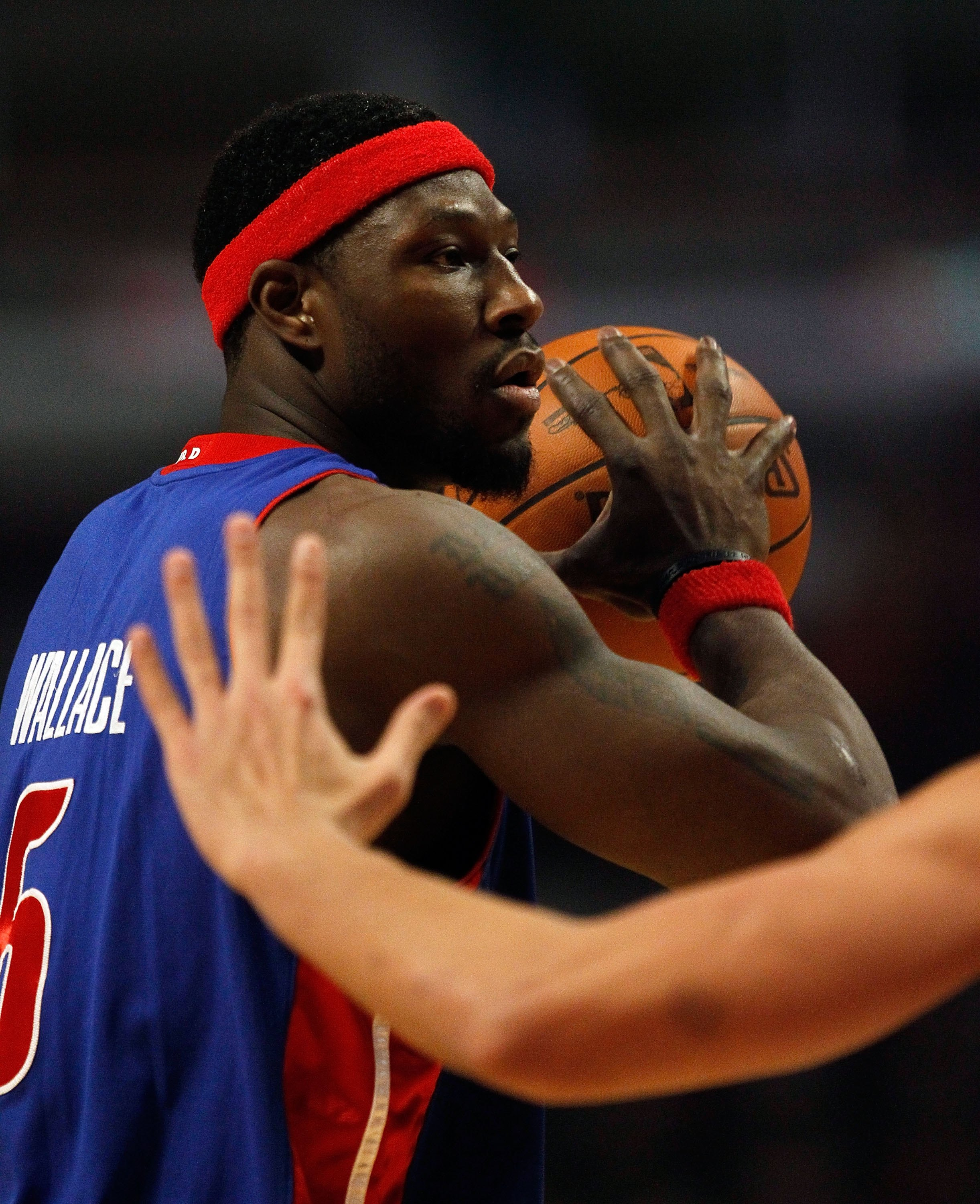 CHICAGO - DECEMBER 02: Ben Wallace #6 of the Detroit Pistons looks to pass against the Chicago Bulls at the United Center on December 2, 2009 in Chicago, Illinois. The Bulls defeated the Pistons 92-85. NOTE TO USER: User expressly acknowledges and agrees