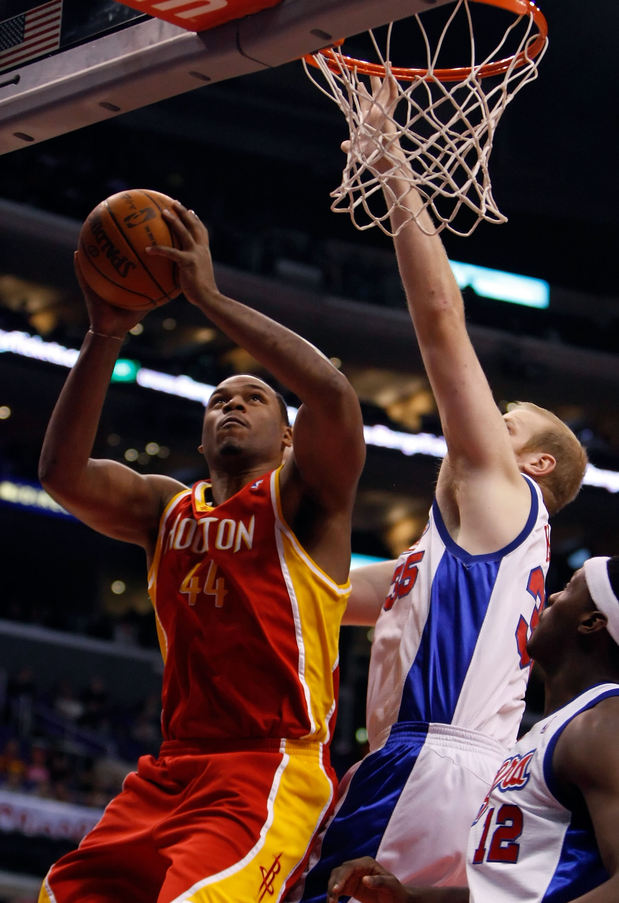 LOS ANGELES, CA - DECEMBER 02:  Chuck Hayes #44 of the Houston Rockets drives to the basket while being defended by Chris Kaman #35 of the Los Angeles Clippers in the first half at Staples Center on December 2, 2009 in Los Angeles, California. NOTE TO USE