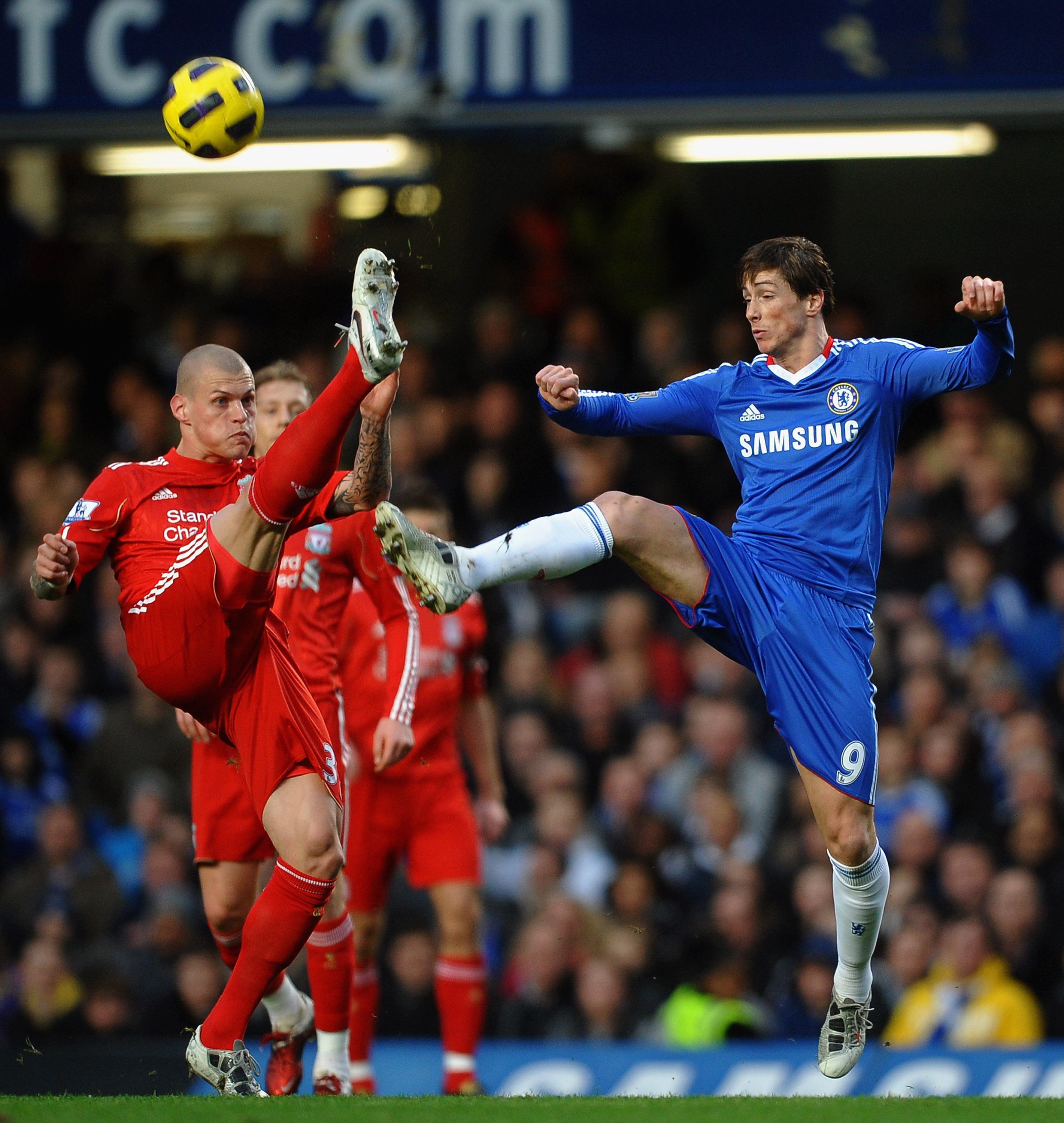 LONDON, ENGLAND - FEBRUARY 06:  Fernando Torres of Chelsea challenges Martin Skrtel of Liverpool during the Barclays Premier League match between Chelsea and Liverpool at Stamford Bridge on February 6, 2011 in London, England.  (Photo by Laurence Griffith