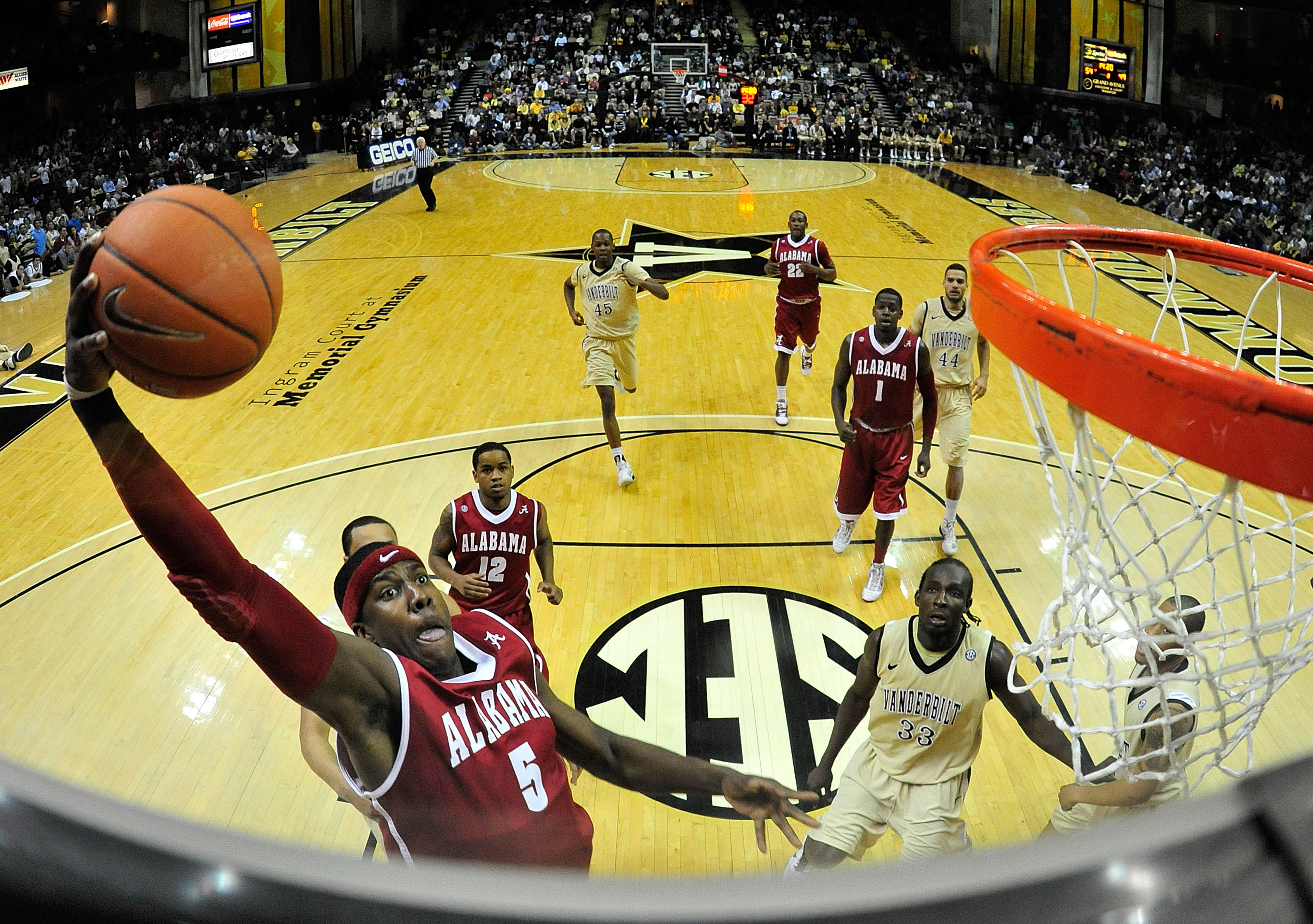 NASHVILLE, TN - FEBRUARY 10:  Tony Mitchell #5 of the Alabama Crimson Tide drives in for a dunk against the Vanderbilt Commodores at Memorial Gym on February 10, 2011 in Nashville, Tennessee. Vanderbilt won 81-77. (Photo by Grant Halverson/Getty Images)