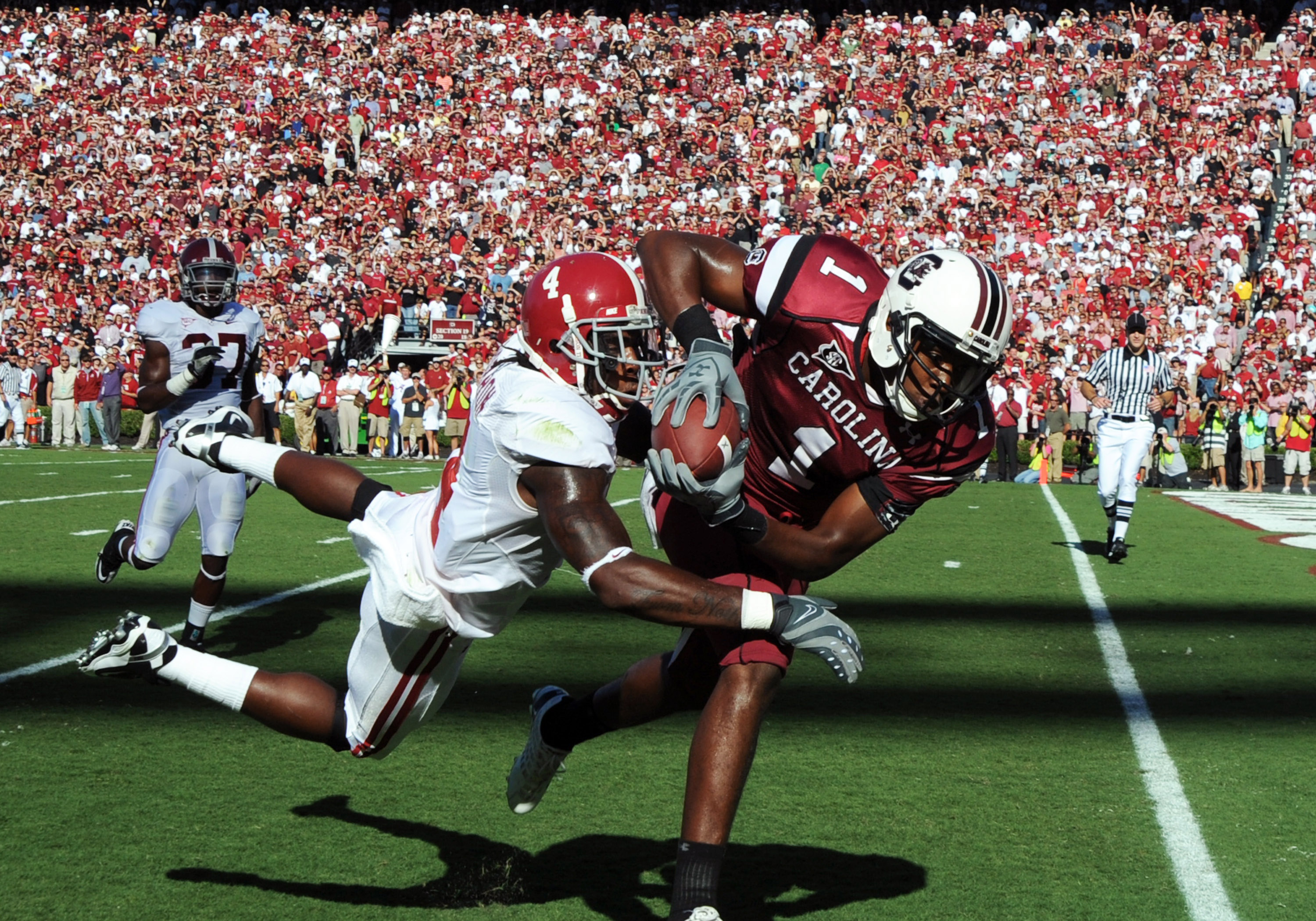 COLUMBIA, SC - OCTOBER 9: Wide receiver Alshon Jefrey #1 of the South Carolina Gamecocks grabs a touchdown pass against the Alabama Crimson Tide October 9, 2010 at Williams-Brice Stadium in Columbia, South Carolina.  (Photo by Al Messerschmidt/Getty Image