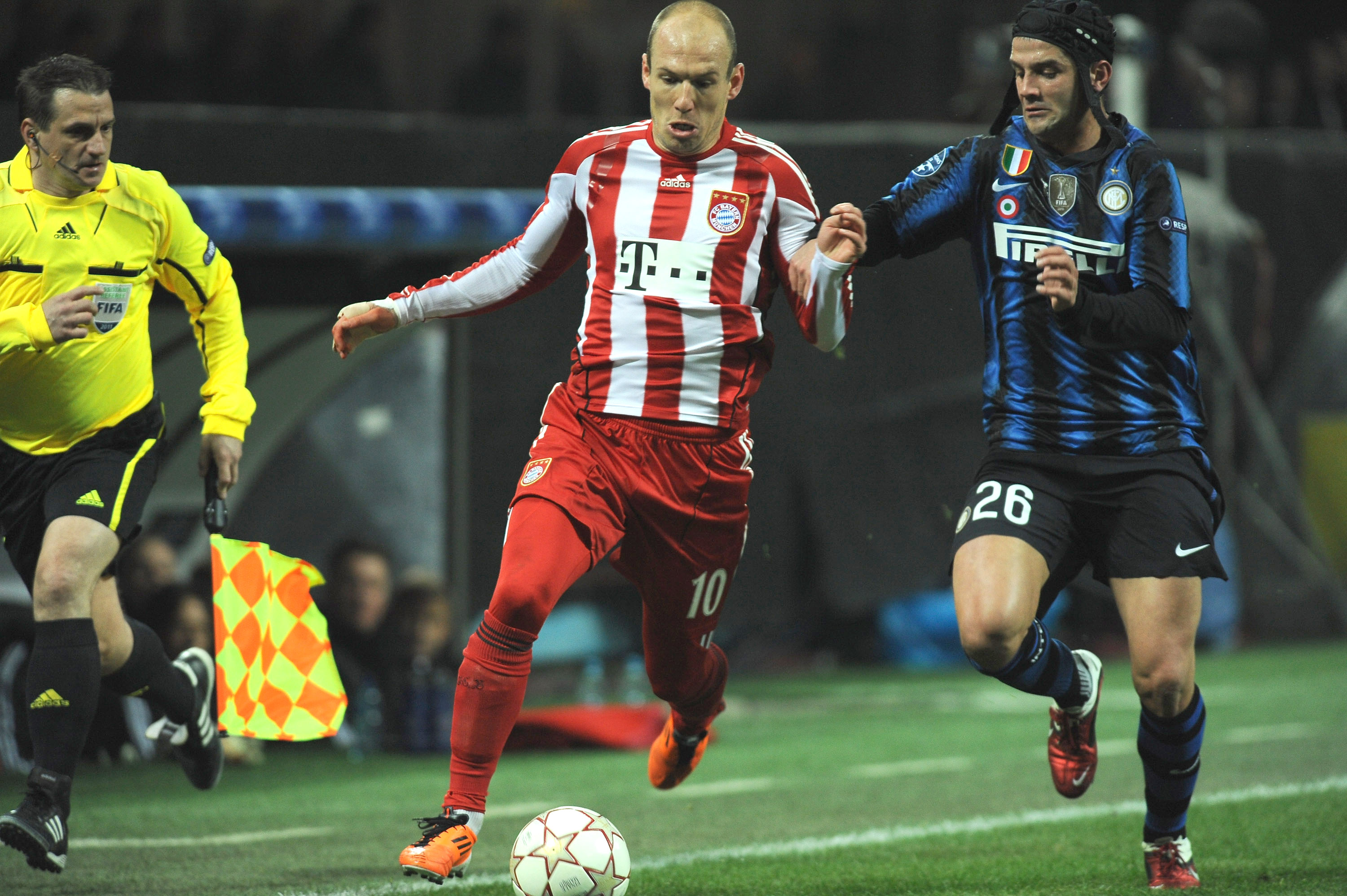 MILAN, ITALY - FEBRUARY 23:  Cristian Chivu of Inter Milan competes with Arjen Robben of FC Bayern Muenchen during the UEFA Champions League round of 16 first leg match between Inter Milan v FC Bayern Muenchen on February 23, 2011 in Milan, Italy.  (Photo