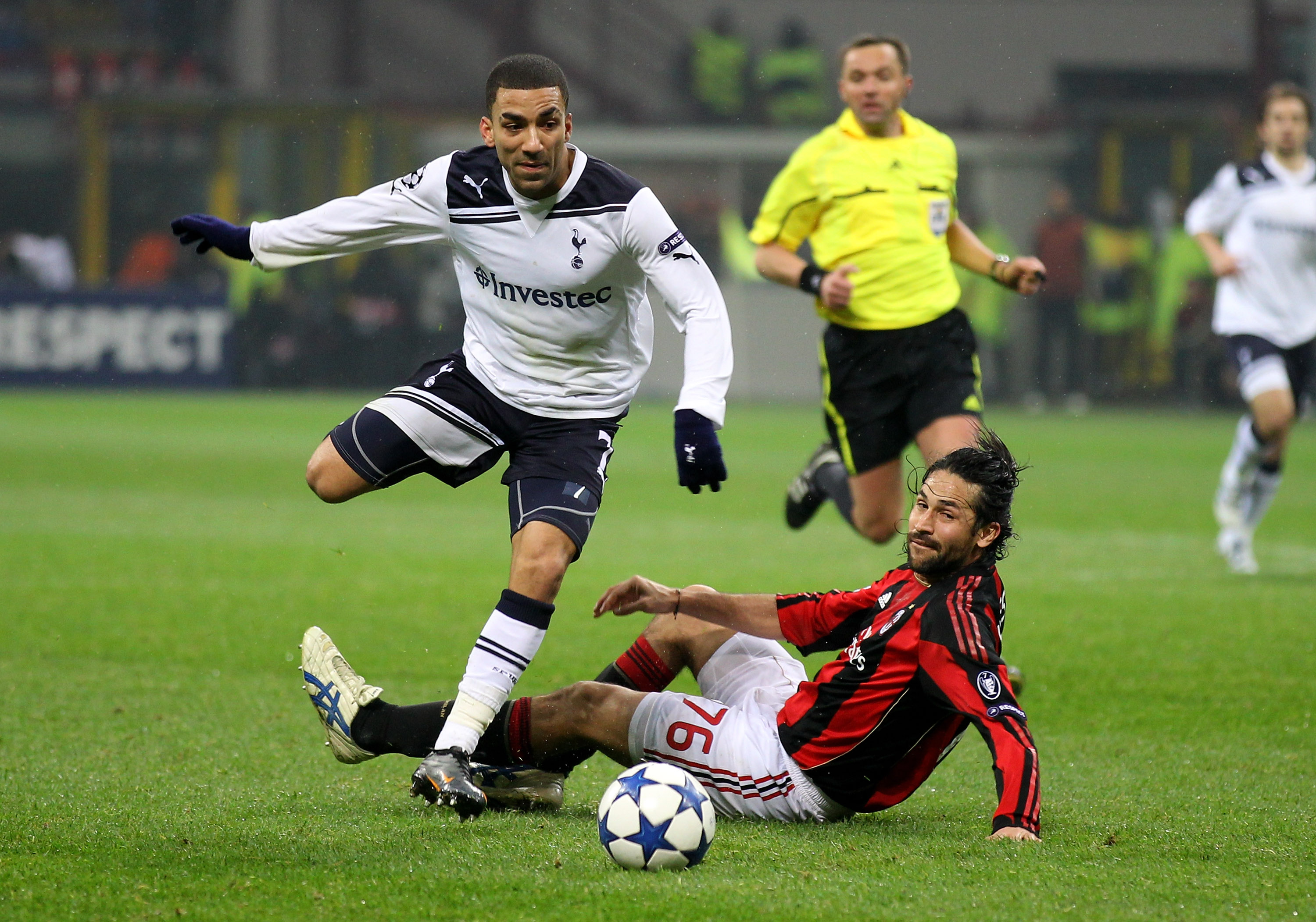MILAN, ITALY - FEBRUARY 15:   Aaron Lennon of Tottenham Hotspur beats Mario Yepes of AC Milan to set up the winning goal during the UEFA Champions League round of 16 first leg match between AC Milan and Tottenham Hotspur at Stadio Giuseppe Meazza on Febru