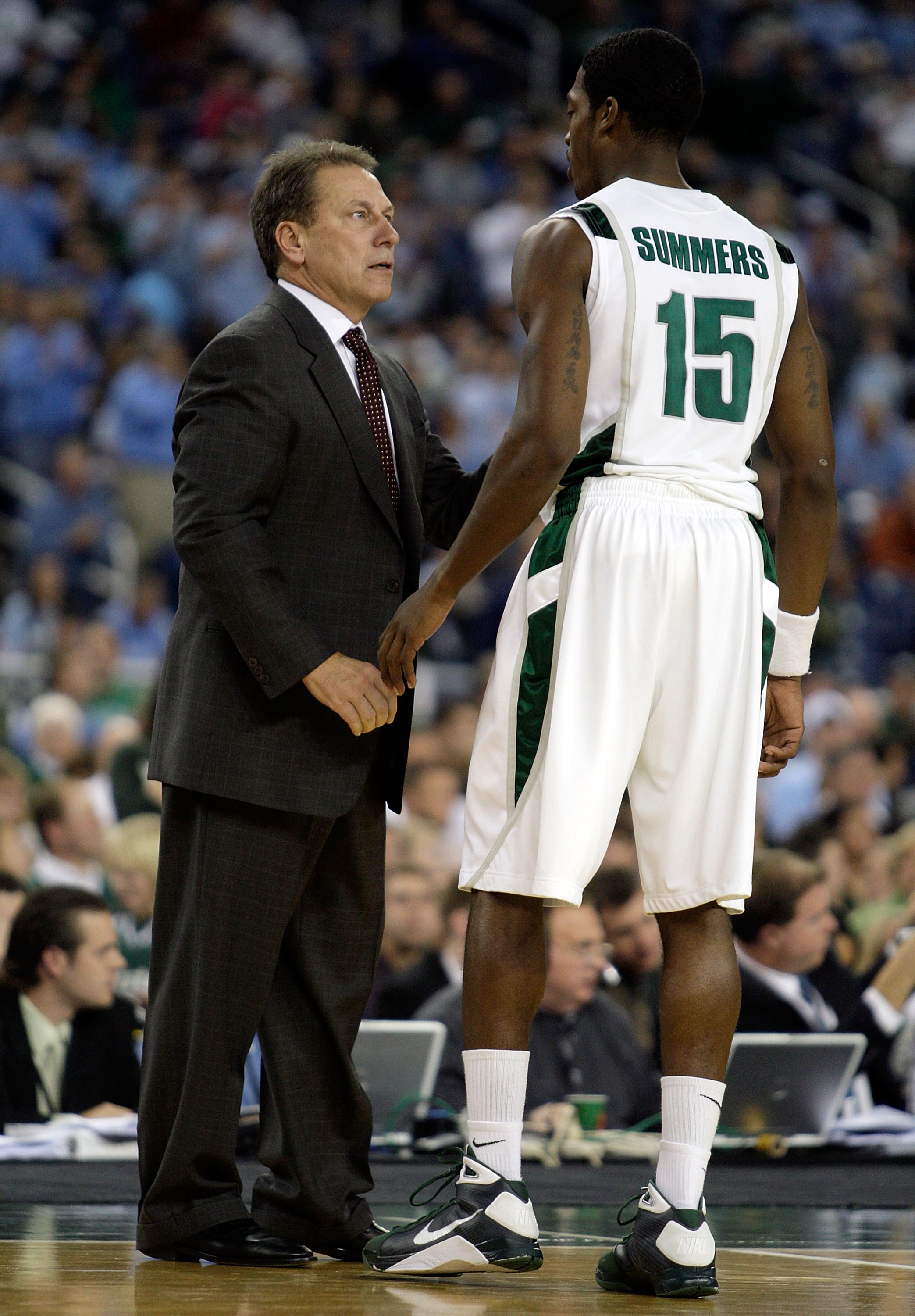 DETROIT - DECEMBER 03:  Tom Izzo the Head coach of the Michigan State Spartans talks with Durrell Summers #15 during the game against  the North Carolina Tar Heels  on December 3, 2008 at Ford Field in Detroit, Michigan.  (Photo by Andy Lyons/Getty Images