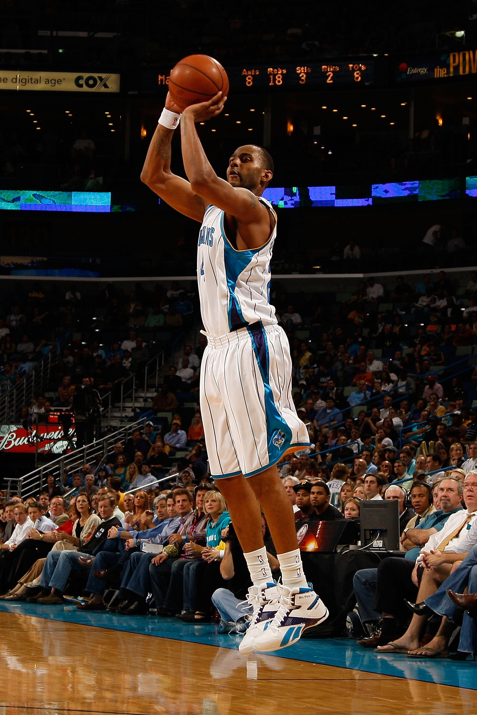 NEW ORLEANS - NOVEMBER 04:  Morris Peterson #24 of the New Orleans Hornets makes a shot against the Dallas Mavericks at New Orleans Arena on November 4, 2009 in New Orleans, Louisiana.  NOTE TO USER: User expressly acknowledges and agrees that, by downloa