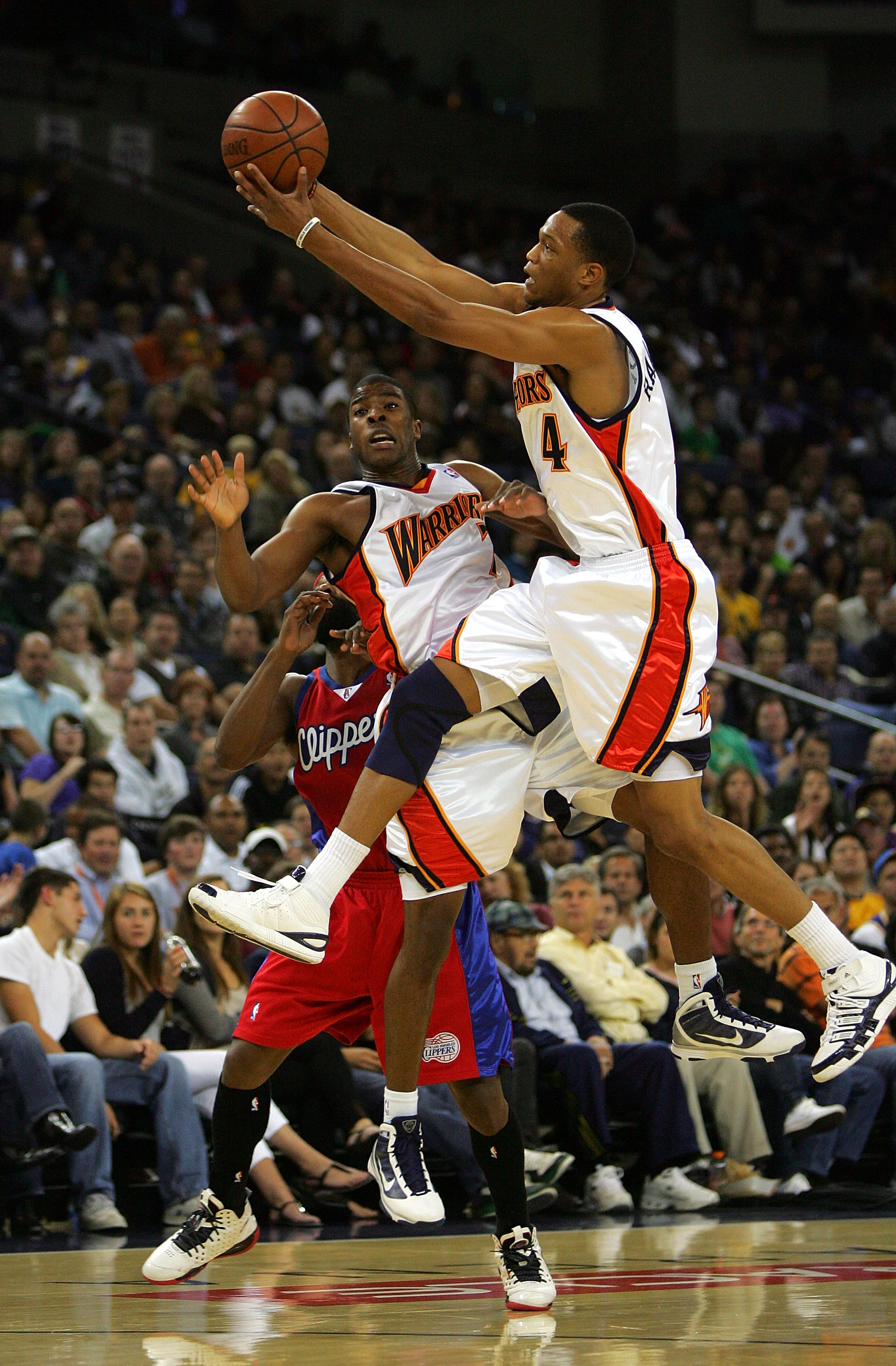 OAKLAND, CA - NOVEMBER 06:  Anthony Randolph #4 of the Golden State Warriors grabs a loose ball over Kelenna Azubuike #7 during their game against the Los Angeles Clippers at Oracle Arena on November 6, 2009 in Oakland, California. NOTE TO USER: User expr