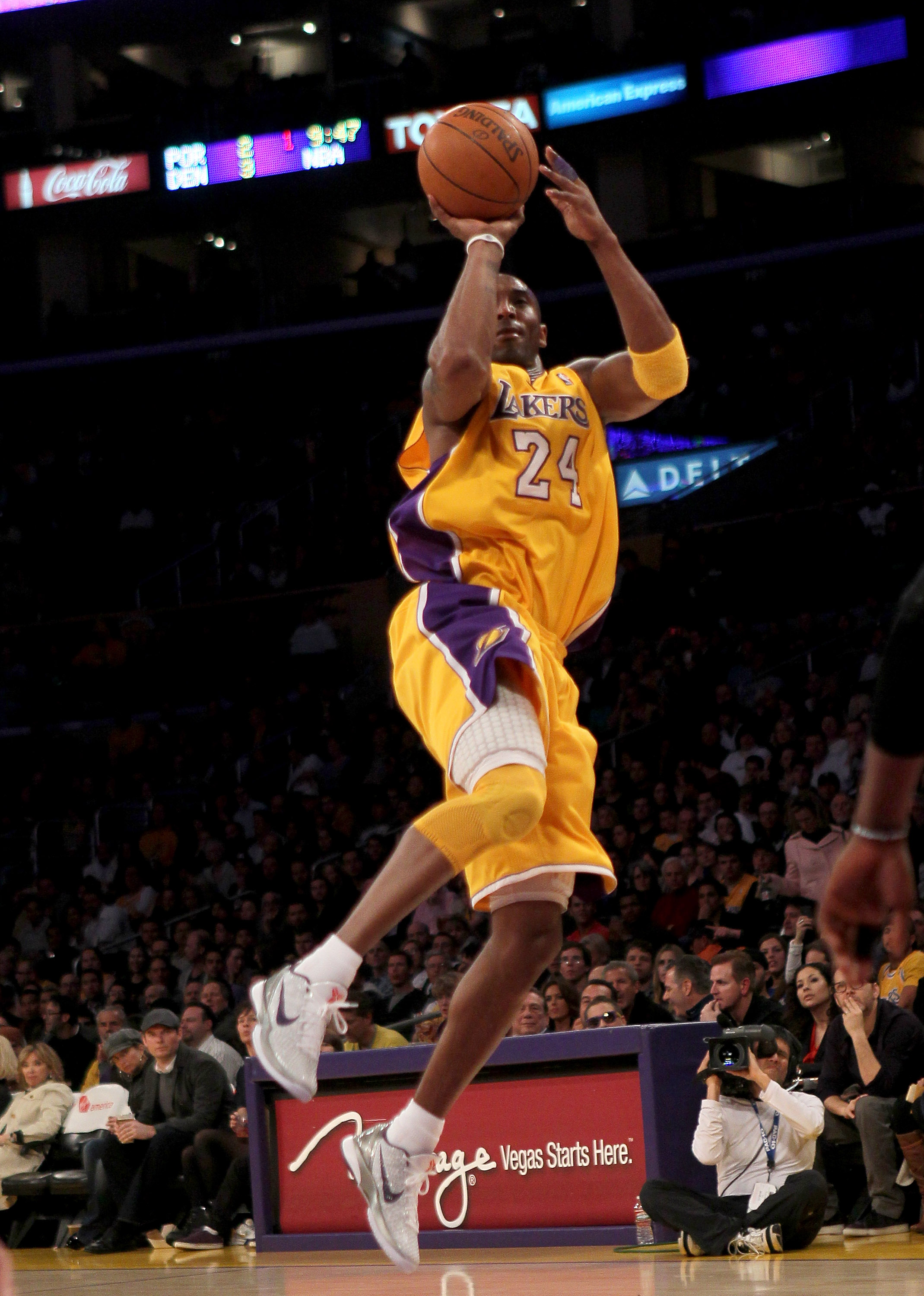 LOS ANGELES, CA - FEBRUARY 25:  Kobe Brynat #24 of the Los Angeles Lakers shoots against the Los Angeles Clippers at Staples Center on February 25, 2011 in Los Angeles, California. The Lakers won 108-95.  NOTE TO USER: User expressly acknowledges and agre