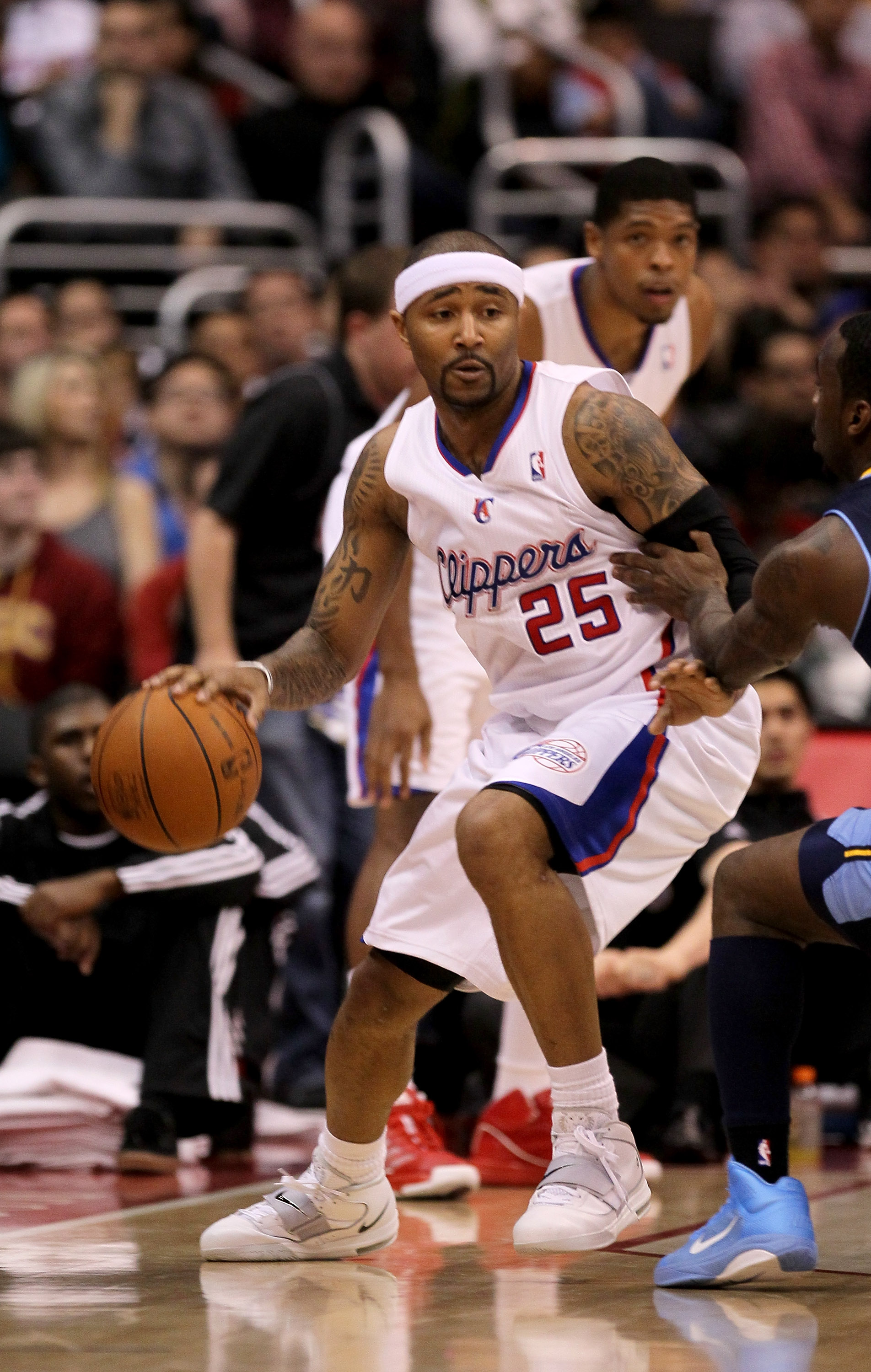 LOS ANGELES, CA - MARCH 5:  Mo Williams #25 of the Los Angeles Clippers controls the ball against the Denver Nuggets at Staples Center on March 5, 2011 in Los Angeles, California.  The Clippers won 100-94. NOTE TO USER: User expressly acknowledges and agr