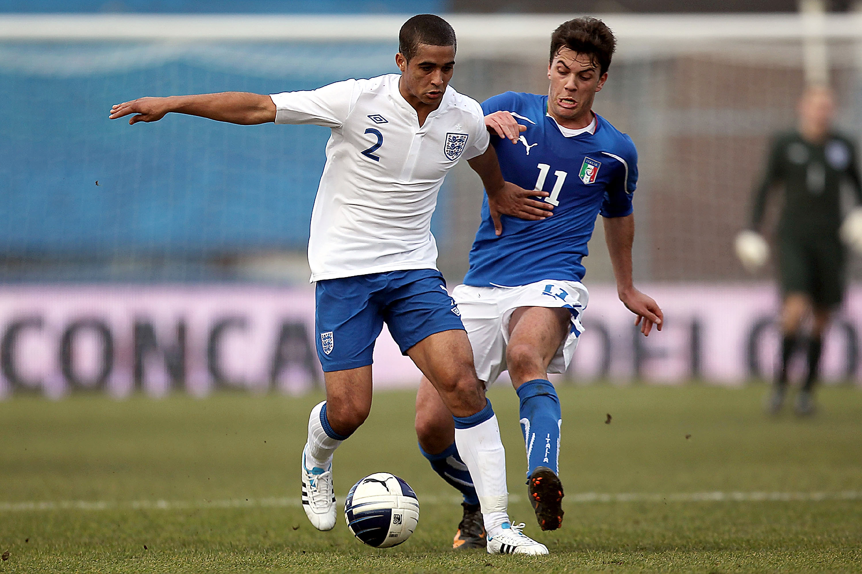 EMPOLI, ITALY - FEBRUARY 08: Gianvito Misuraca of Italy fights for the ball with Kyle Naughton of England during the international friendly match between Italy U21 and England U21 at Stadio Carlo Castellani on February 8, 2011 in Empoli, Italy.  (Photo by