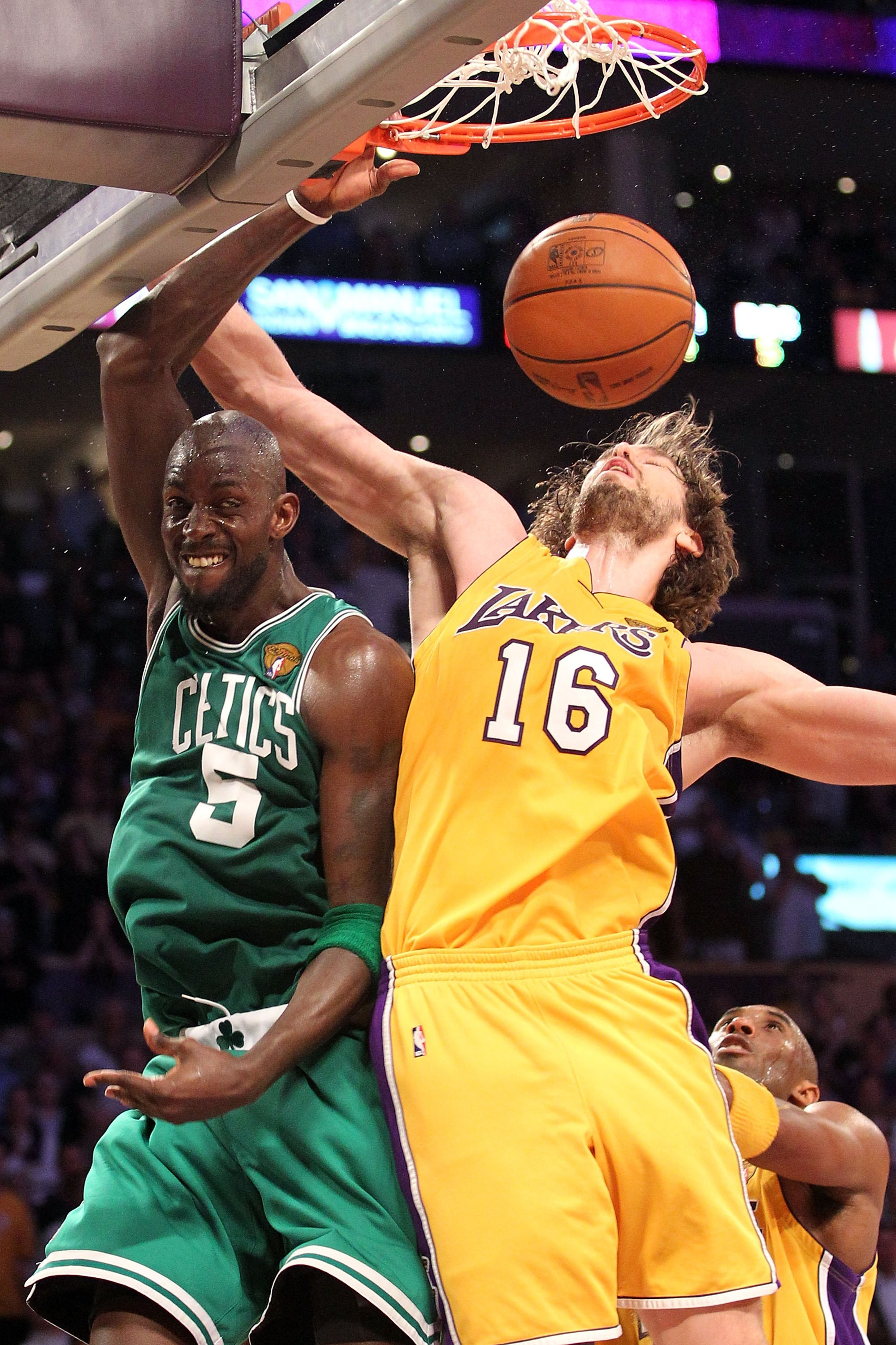 LOS ANGELES, CA - JUNE 17:  Kevin Garnett #5 of the Boston Celtics goes up for a dunk against Pau Gasol #16 of the Los Angeles Lakers in Game Seven of the 2010 NBA Finals at Staples Center on June 17, 2010 in Los Angeles, California.  NOTE TO USER: User e