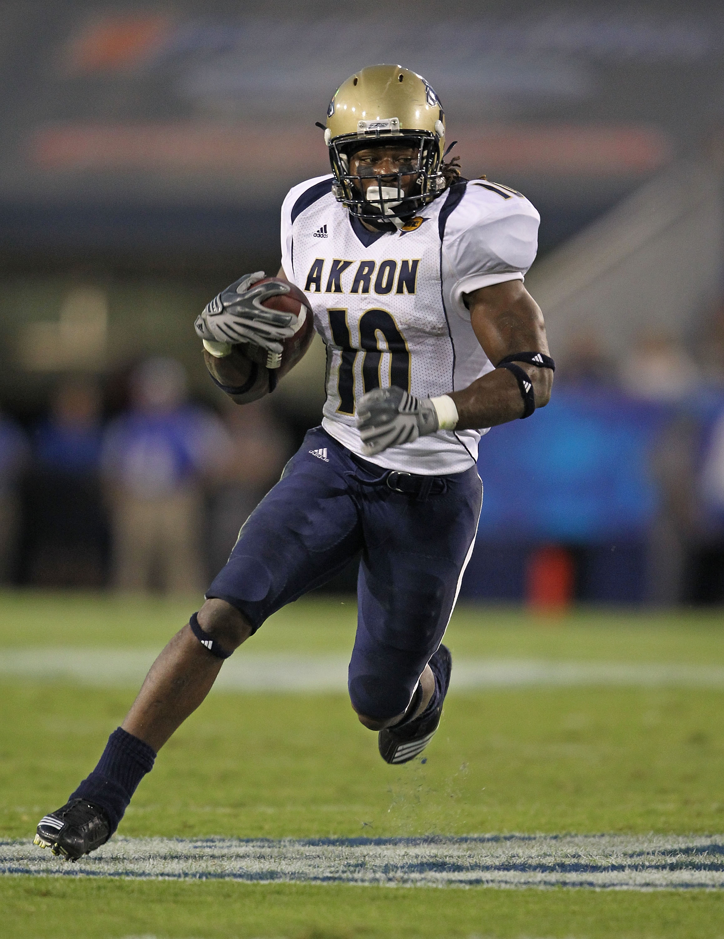 LEXINGTON, KY - SEPTEMBER 18:  Alex Allen #10 of the Akron Zips runs with the ball during the game against the Kentucky Wildcats at Commonwealth Stadium on September 18, 2010 in Lexington, Kentucky.  (Photo by Andy Lyons/Getty Images)