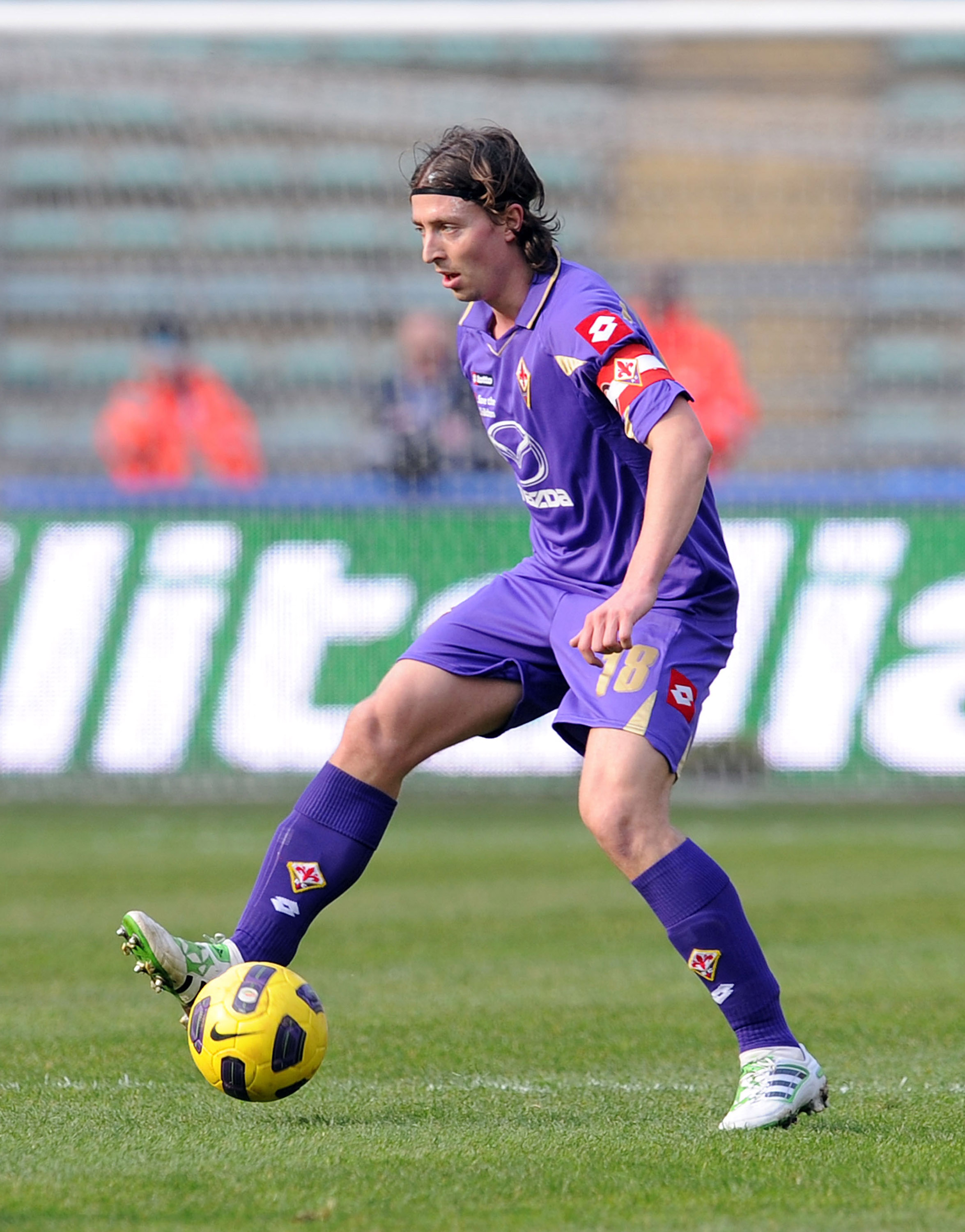 BARI, ITALY - FEBRUARY 27:  Riccardo Montolivo of Fiorentina in action during the Serie A match between AS Bari and ACF Fiorentina at Stadio San Nicola on February 27, 2011 in Bari, Italy.  (Photo by Giuseppe Bellini/Getty Images)