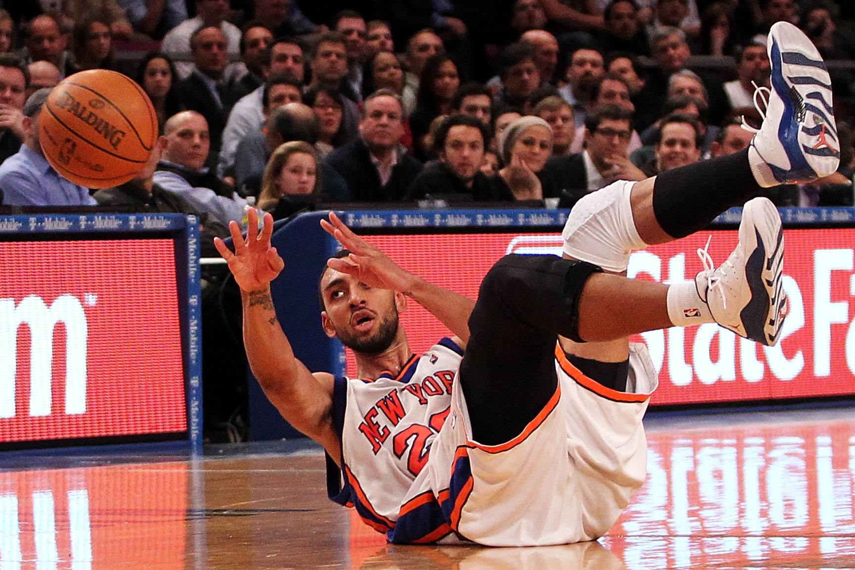 NEW YORK - FEBRUARY 03:  Jared Jeffries #20 of the New York Knicks scoops up a lose ball against the Washington Wizards at Madison Square Garden February 3, 2010 in New York City. NOTE TO USER: User expressly acknowledges and agrees that, by downloading a