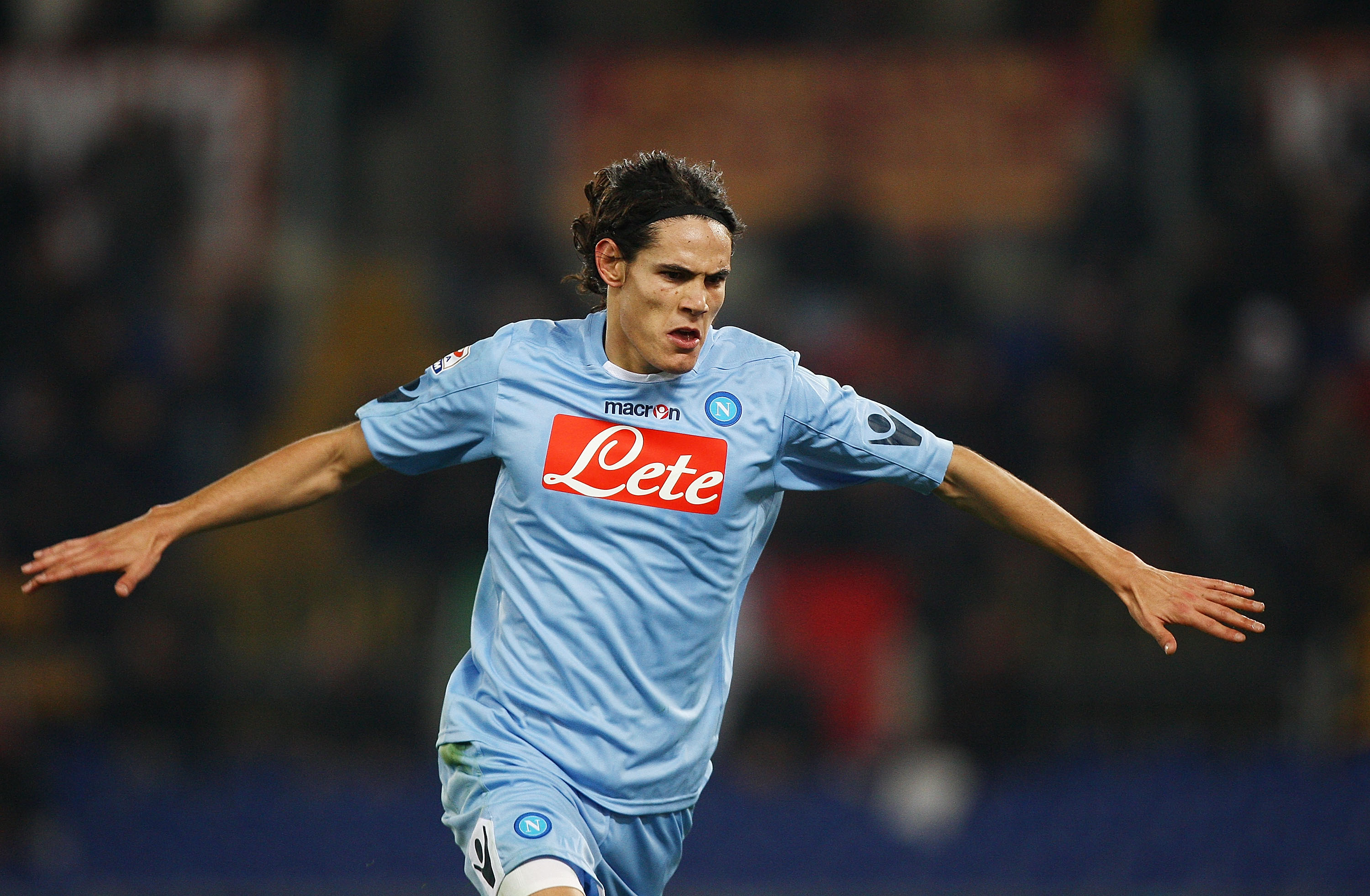 ROME, ITALY - FEBRUARY 12:  Edinson Cavani of SSC Napoli celebrates after scoring his second goal during the Serie A match between AS Roma and SSC Napoli at Stadio Olimpico on February 12, 2011 in Rome, Italy.  (Photo by Paolo Bruno/Getty Images)