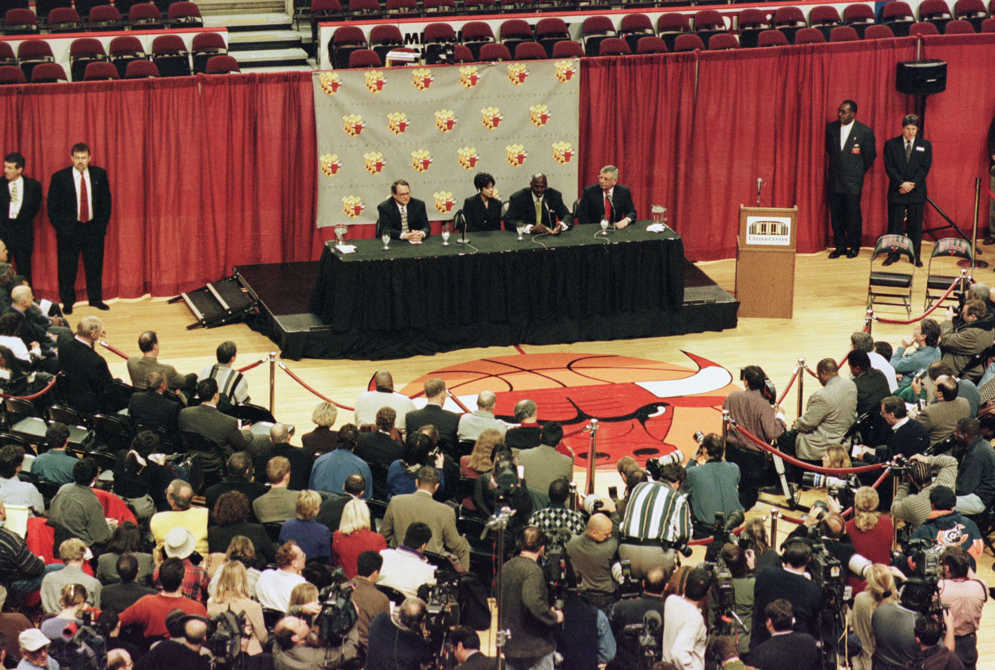 3037397e132 13 Jan 1999: The media are gathered on the floor of the basketball court as
