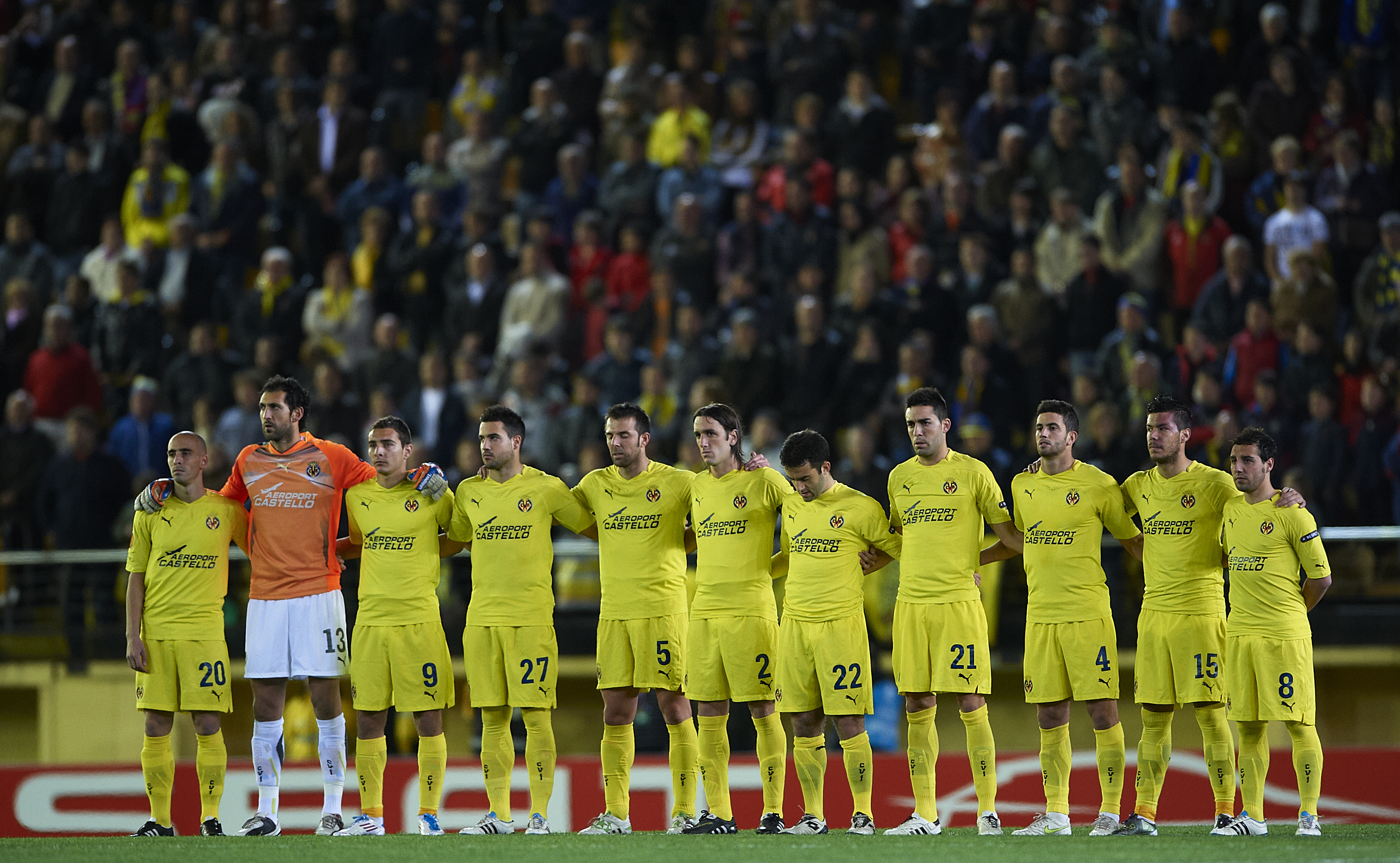 VILLAREAL, SPAIN - MARCH 17:  The Villarreal team observe a minutes silence for the victims of the Japan disaster ahead of the UEFA Europa League round of 16 second leg match between Villarreal and Bayer Leverkusen at El Madrigal stadium on March 17, 2011