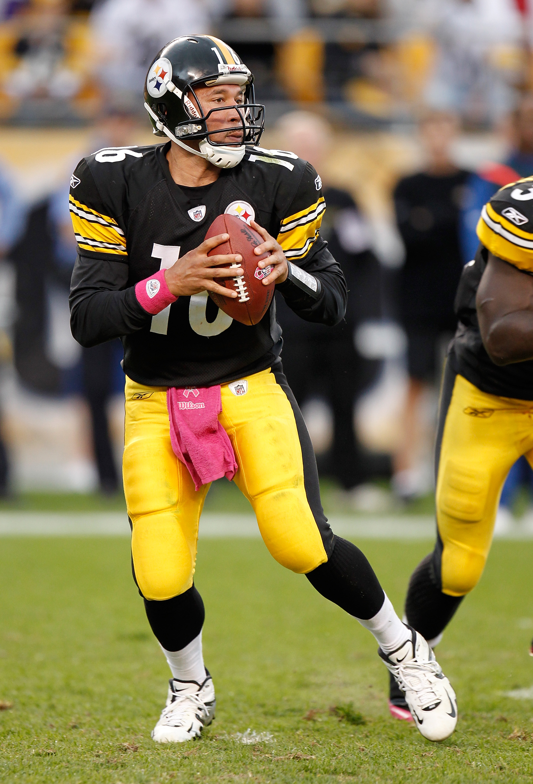 PITTSBURGH - OCTOBER 03: Charlie Batch #16 of the Pittsburgh Steelers looks for an open receiver during the game against the Baltimore Ravens on October 3, 2010 at Heinz Field in Pittsburgh, Pennsylvania. (Photo by Gregory Shamus/Getty Images)