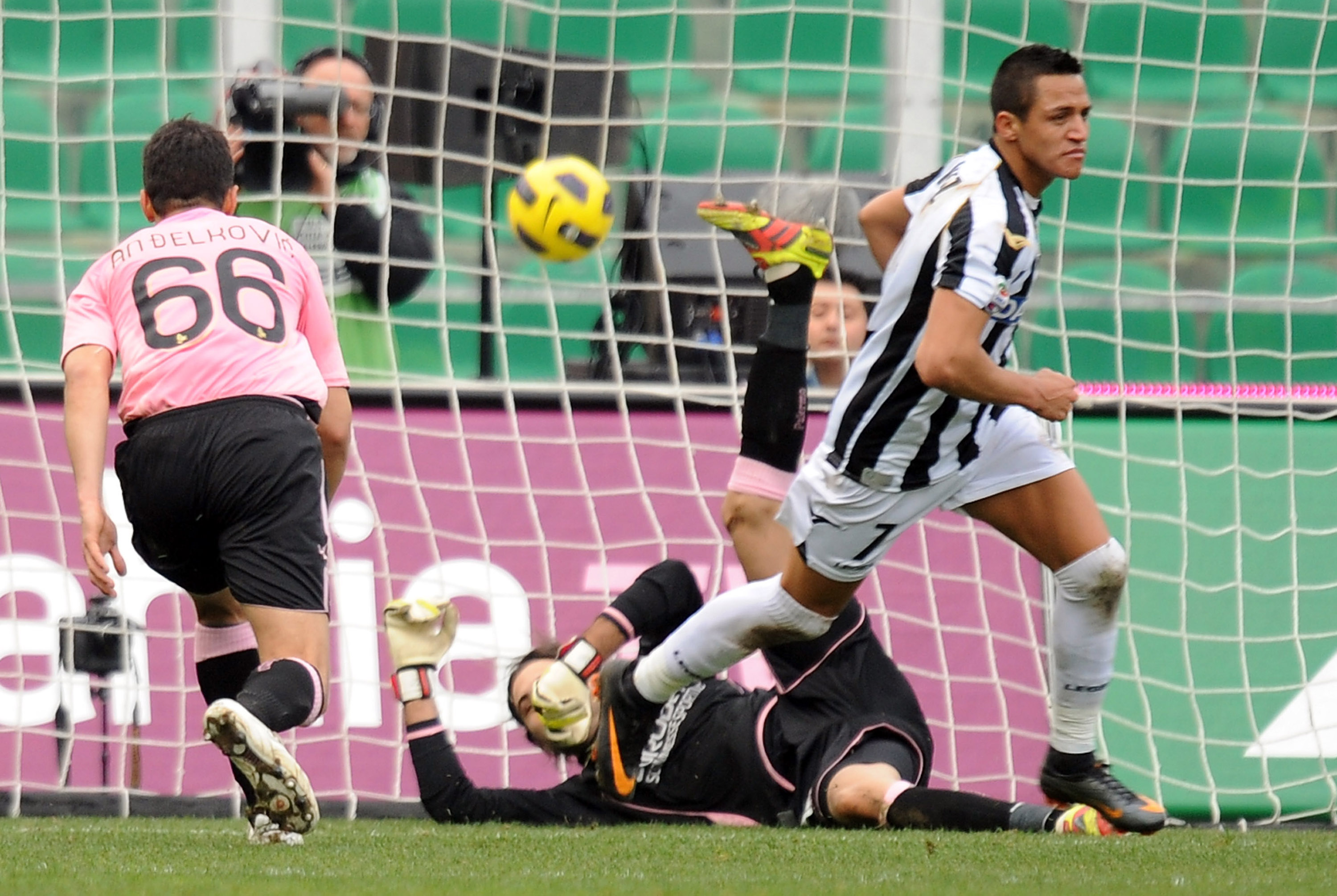 PALERMO, ITALY - FEBRUARY 27:  Alexis Sanchez (C) of Udinese scores his team's fifth goal during the Serie A match between US Citta di Palermo and Udinese Calcio at Stadio Renzo Barbera on February 27, 2011 in Palermo, Italy.  (Photo by Tullio M. Puglia/G