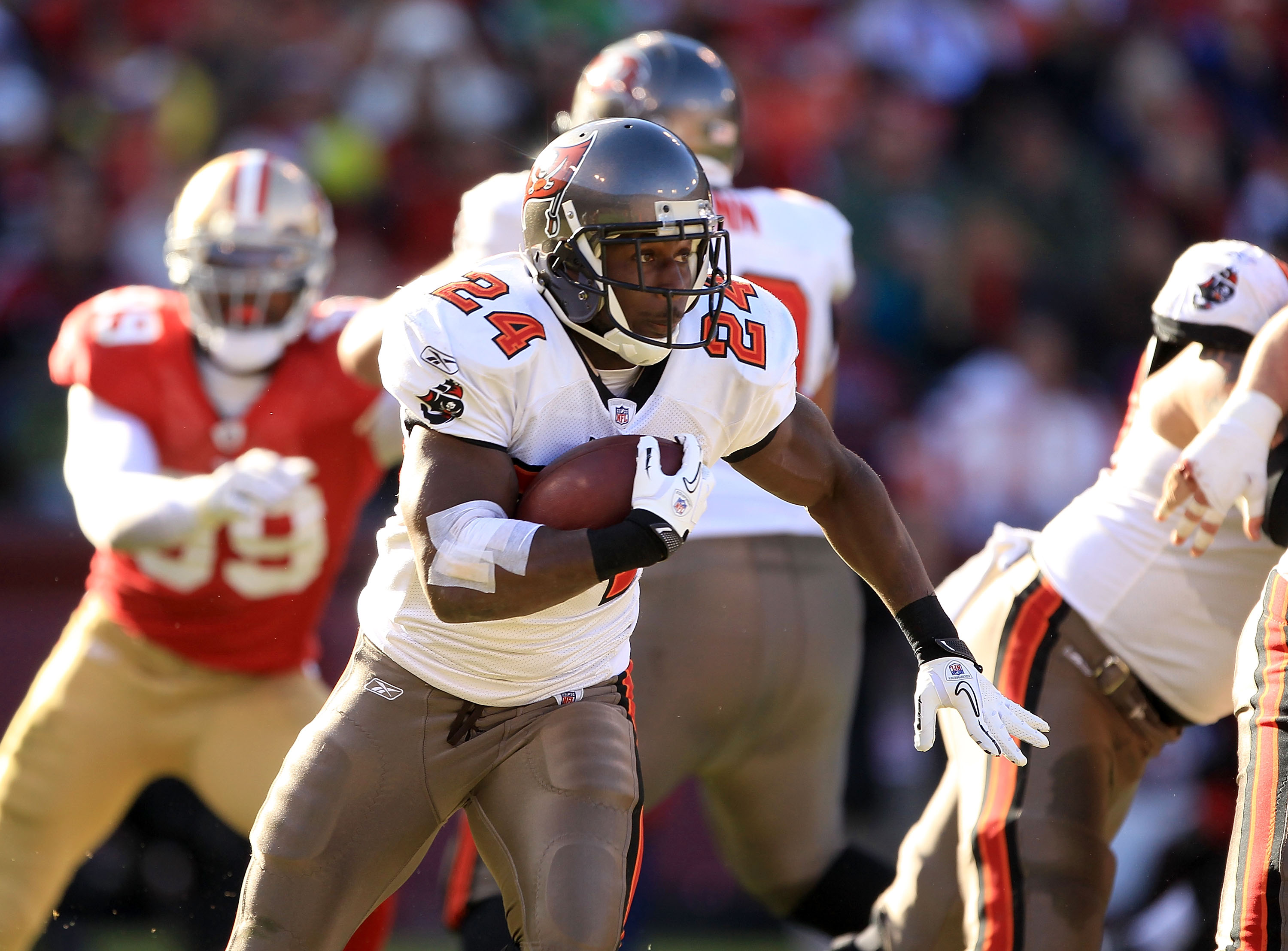 SAN FRANCISCO - NOVEMBER 21:  Carnell Williams #24 of the Tampa Bay Buccaneers in action against the San Francisco 49ers at Candlestick Park on November 21, 2010 in San Francisco, California.  (Photo by Ezra Shaw/Getty Images)