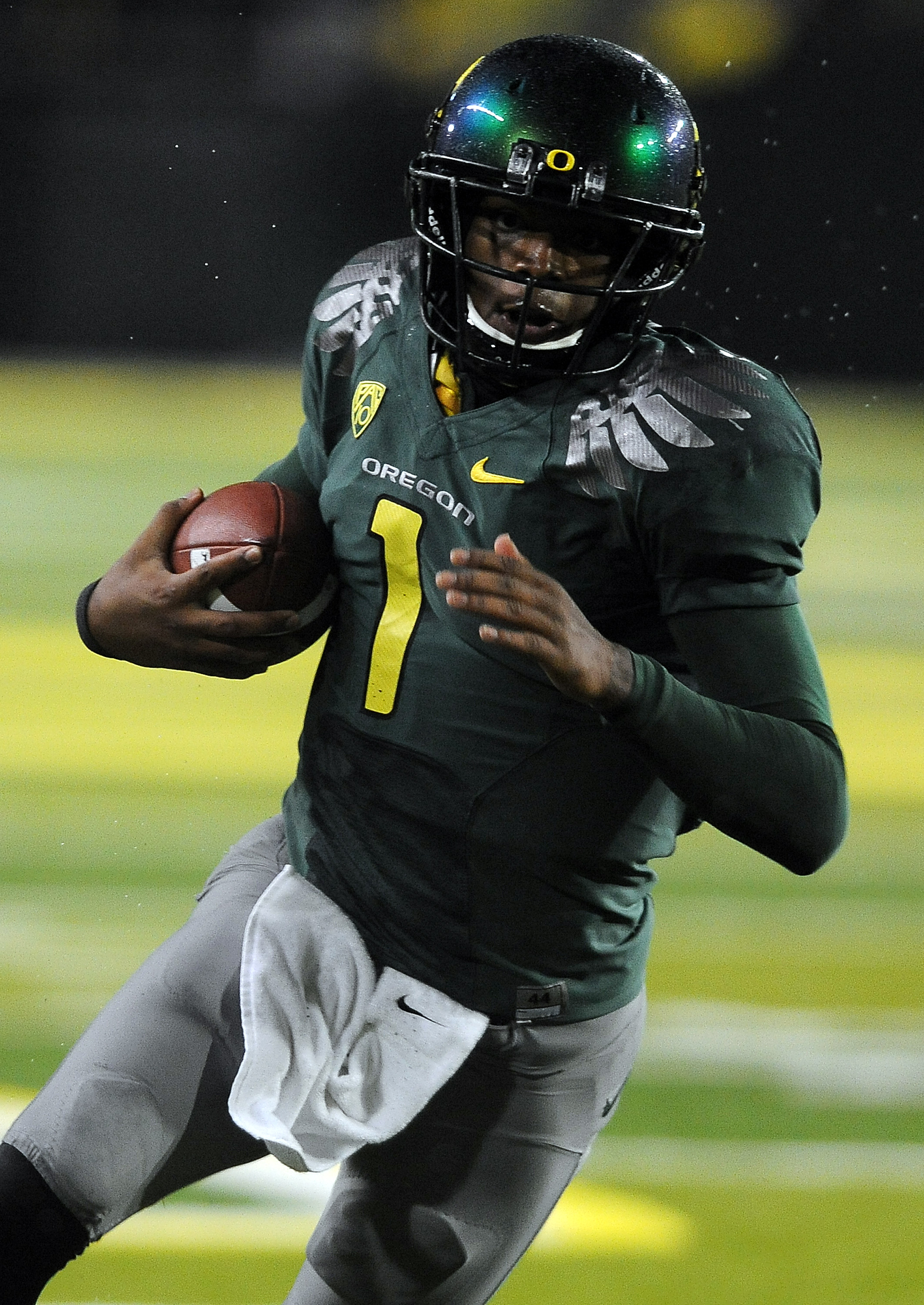 EUGENE, OR - NOVEMBER 26: Quarterback Darron Thomas #1 of the Oregon Ducks heads for the end zone and a touchdown in the third quarter of the game against the Arizona Wildcats at Autzen Stadium on November 26, 2010 in Eugene, Oregon. The Ducks won the gam