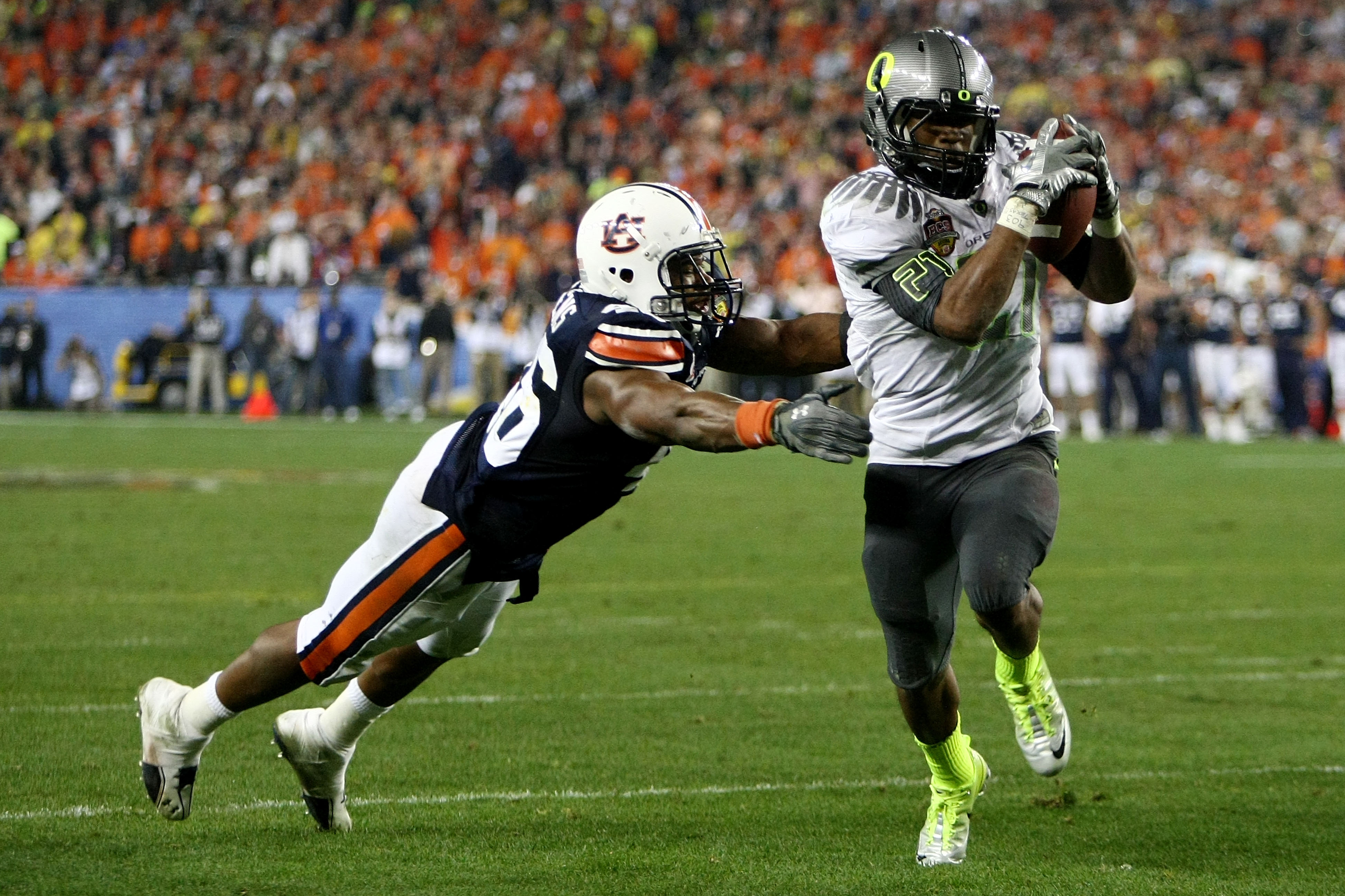 GLENDALE, AZ - JANUARY 10:  Running back LaMichael James #21 of the Oregon Ducks scores a touchdown on a two-yard touchdown reception in front of Craig Stevens #46 of the Auburn Tigers in the fourth quarter during the Tostitos BCS National Championship Ga
